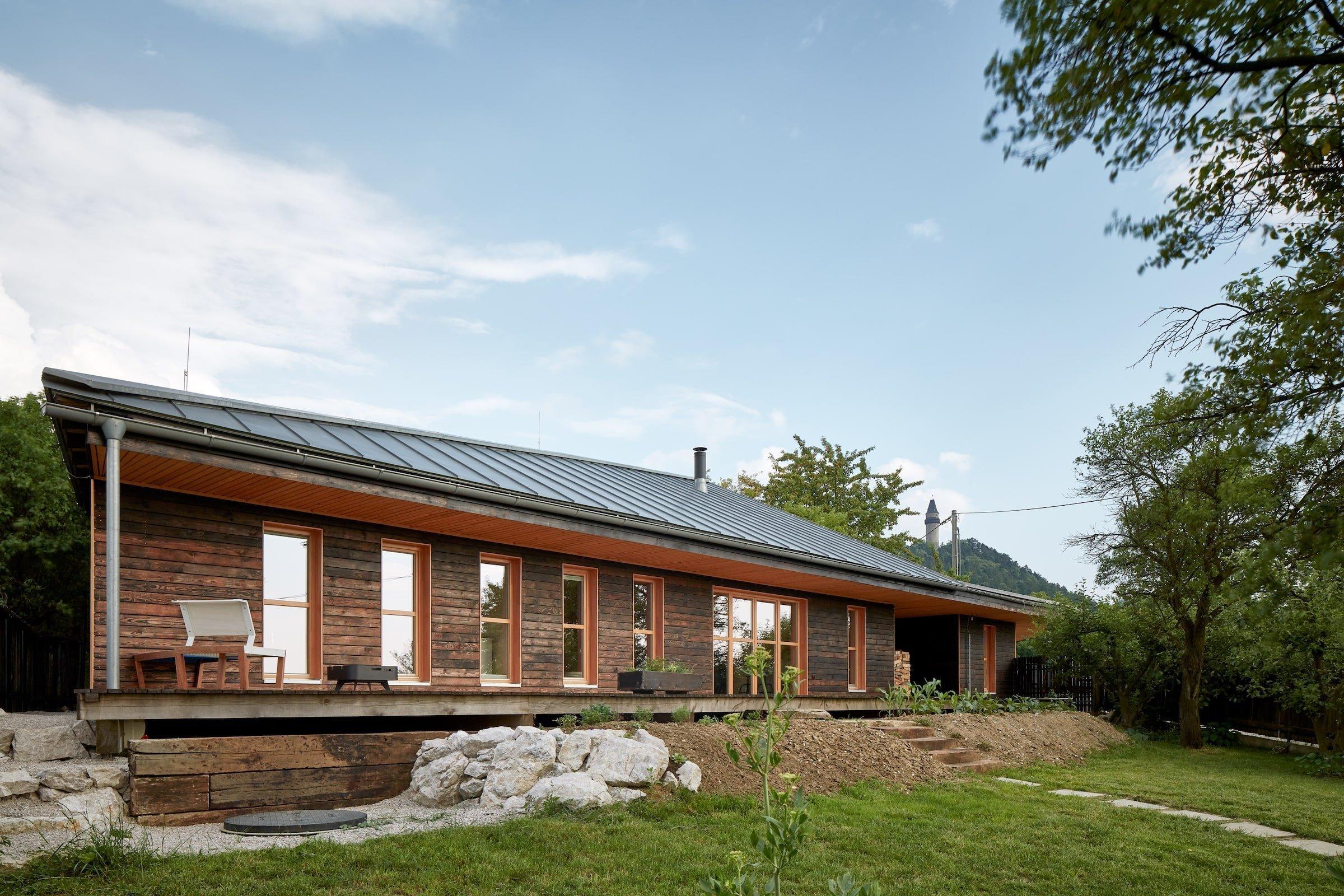 Jak dobře může fungovat spojení tradice s moderní architekturou? Na to vám odpovíme při procházce bývalou zahrádkářskou kolonií na pomezí Kopřivnice a Štramberka, při níž se podíváme do moderního domu inspirovaného tradiční valašskou architekturou.