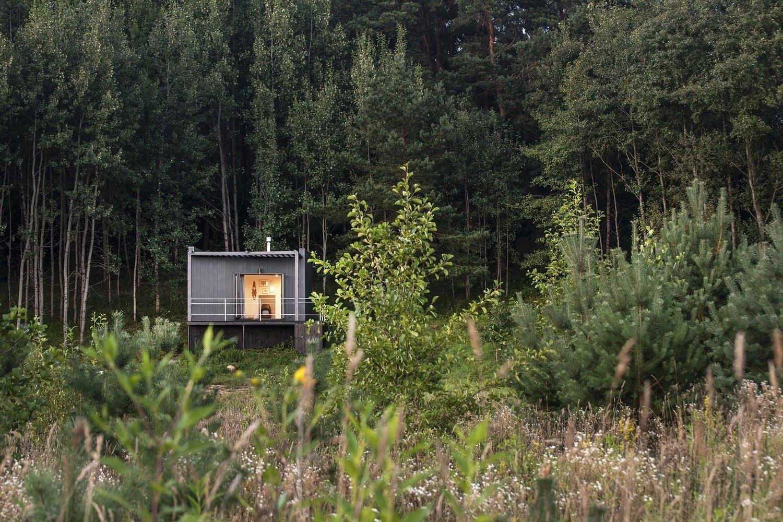 Maličký domeček umístěný ve starém lese v oblasti Pakalniškės v Litvě je ideálním místem pro romantický útěk z města a od každodenního stresu. Rovněž může být kreativním studiem, kempem pro příznivce jógy nebo cokoliv, co se dá dělat v náruči přírody.