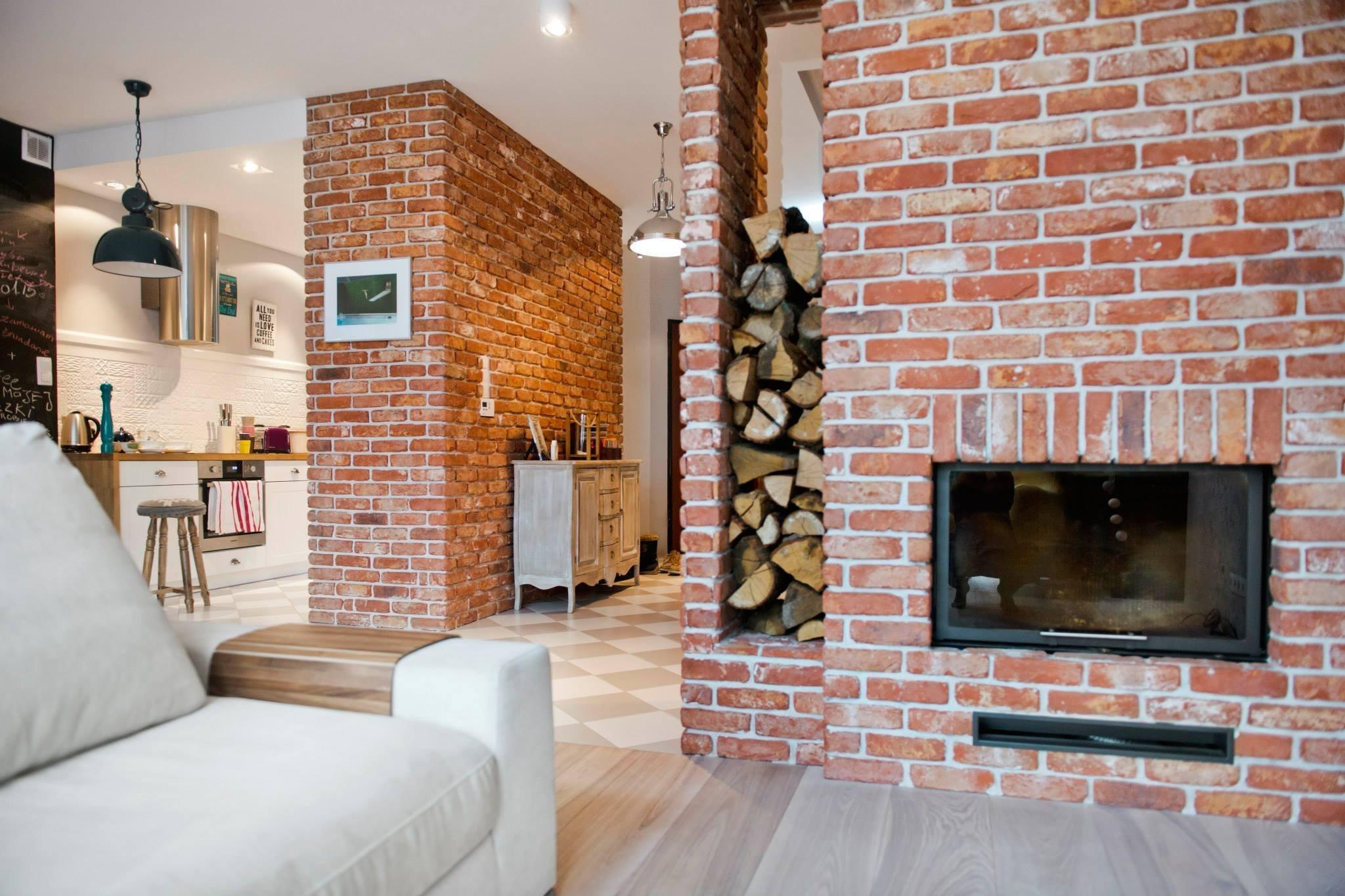 Nápaditý interiér, kde vládne bílá, cihly a dřevo