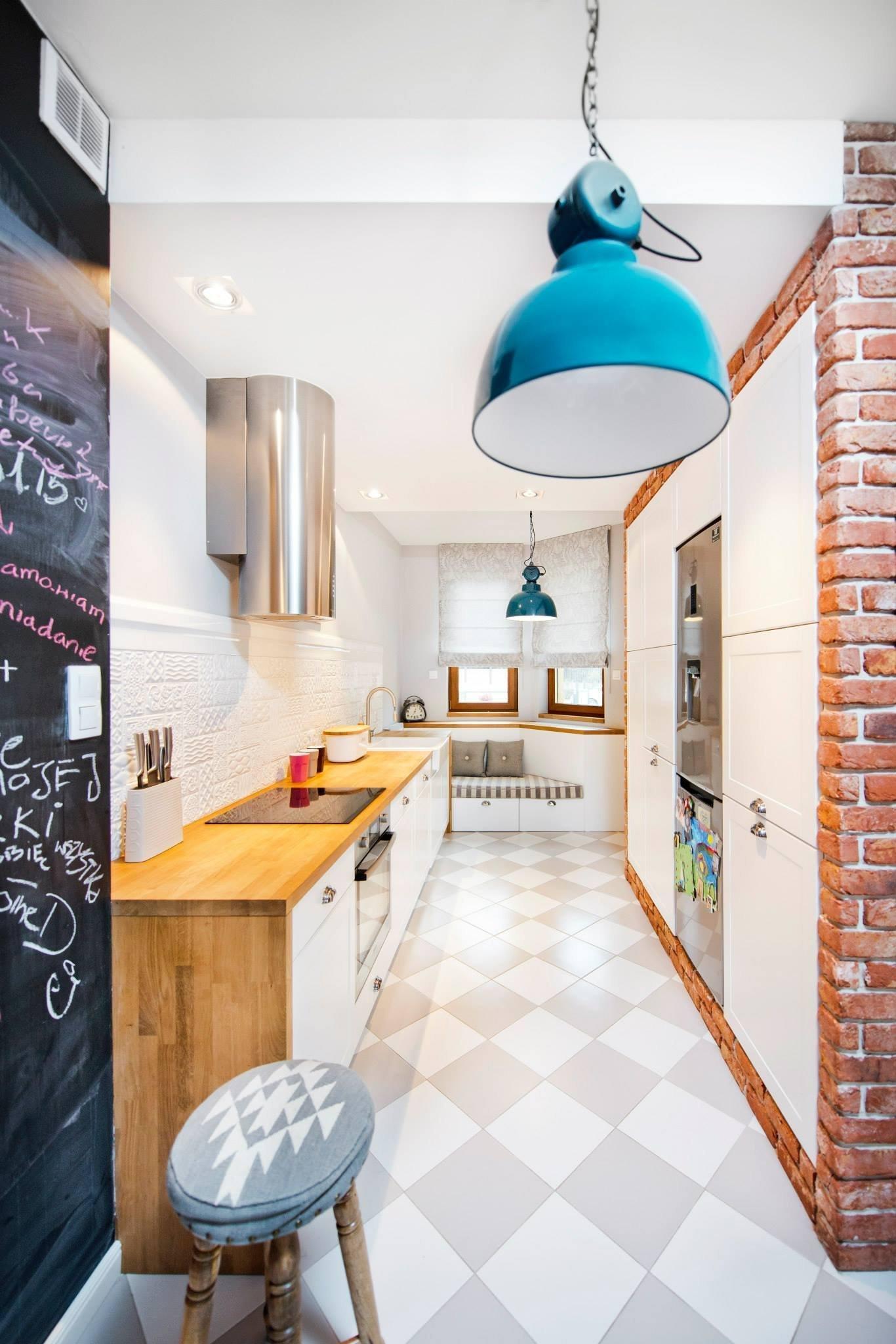 Kuchyňská pracovní deska je z masivního dřeva.