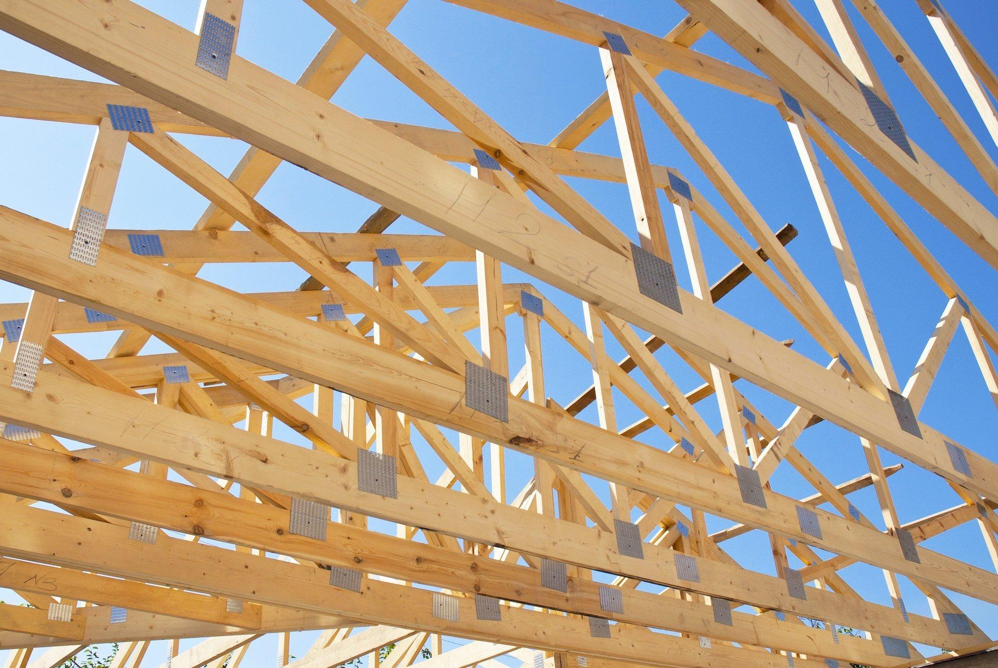 Střešní konstrukce z dřevěných příhradových vazníků jsou vhodné pro většinu stavebních objektů - rodinné domy (obzvláště bungalovy), průmyslové a skladové haly i zemědělské objekty. V posledních desetiletích nahrazují klasické krovy a je k tomu velmi dobrý důvod. Vazníky je možné použít pro sedlové i valbové střechy, mají velmi lehkou konstrukci a jejich realizace je opravdu rychlá.
