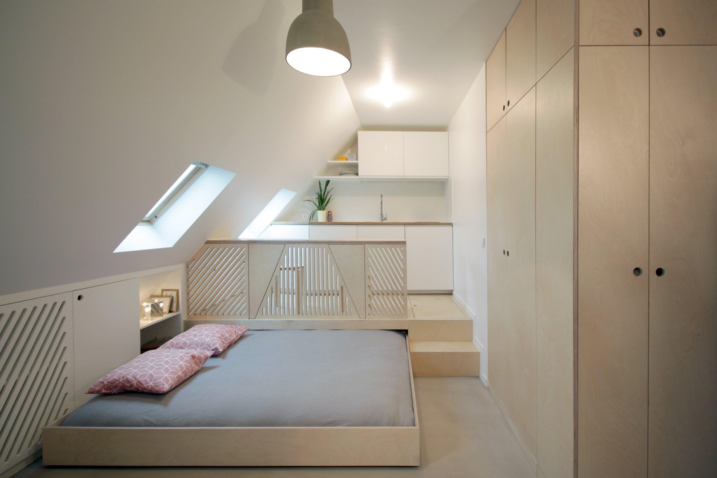Původní podkrovní pařížský byt o rozloze 15 m2 působil nepříliš svěžím dojmem nejen proto, že byl zastaralý svým vybavením, ale hlavně se mu nedařilo plně využít všech dispozic, které se tu nabízely k docílení toho, aby prostor inteligentně a funkčně pracoval s úložnými prostory a stavebními možnostmi. To se naopak dokonale povedlo pařížským architektům z designerského studia Batiik. Ti díky několika stavebním úpravám vykouzlili i na tak skromné ploše dostačující moderní a útulné bydlení pro dva.