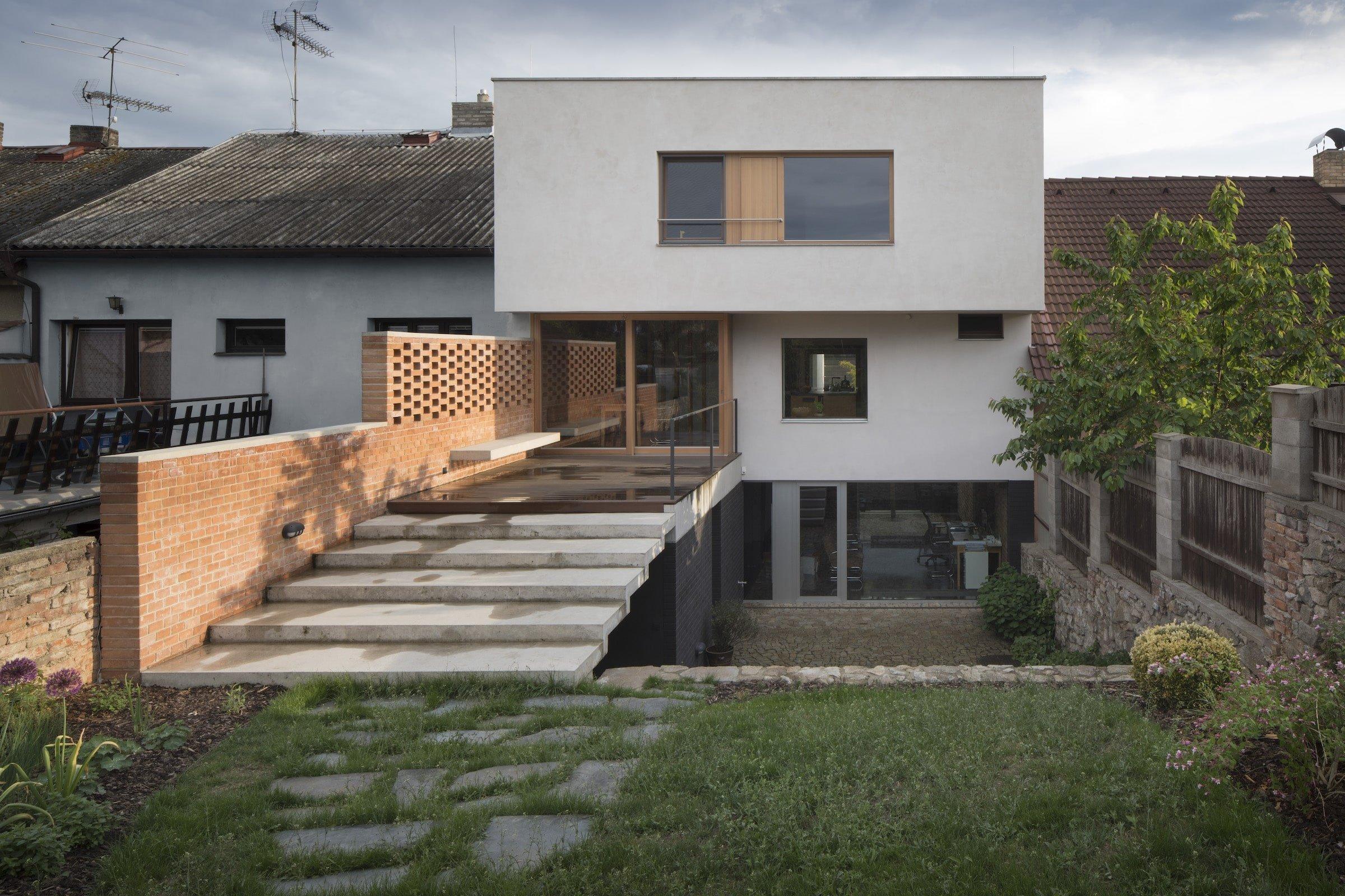 Dům má tři podlaží a každé je svébytnou zónou. Vzájemně jsou propojena schodištěm a prostory otevřenými přes více podlaží.