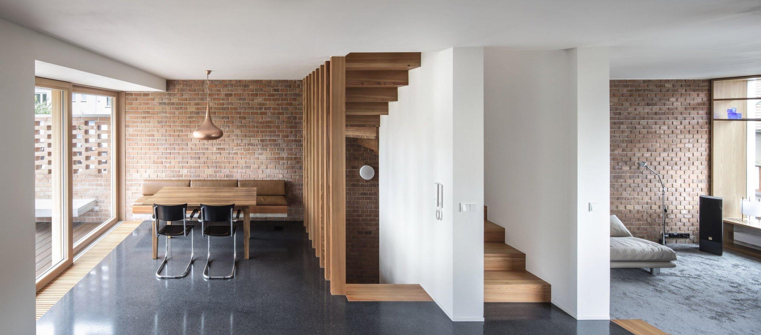 Stěny v interiéru jsou omítané nebo z režného zdiva