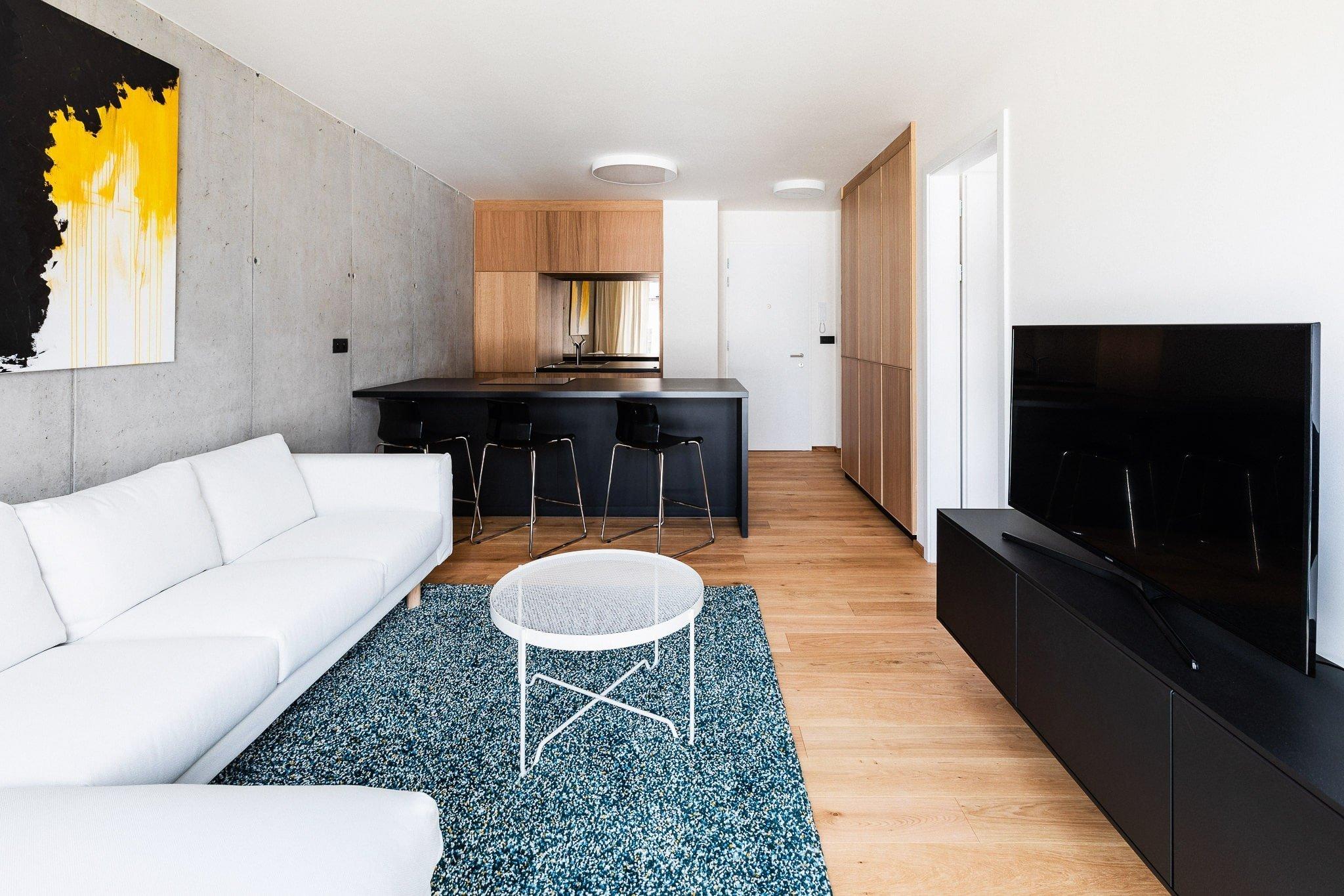 Architekti musí při navrhování téměř vždy dělat kompromisy mezi požadavky majitelů a vlastními představami, do kterých ještě vstupují technická omezení budov. Při tomto návrhu bylo výhodou, že architekt pracoval s bytem již od první skici bytového domu, který sám navrhoval.