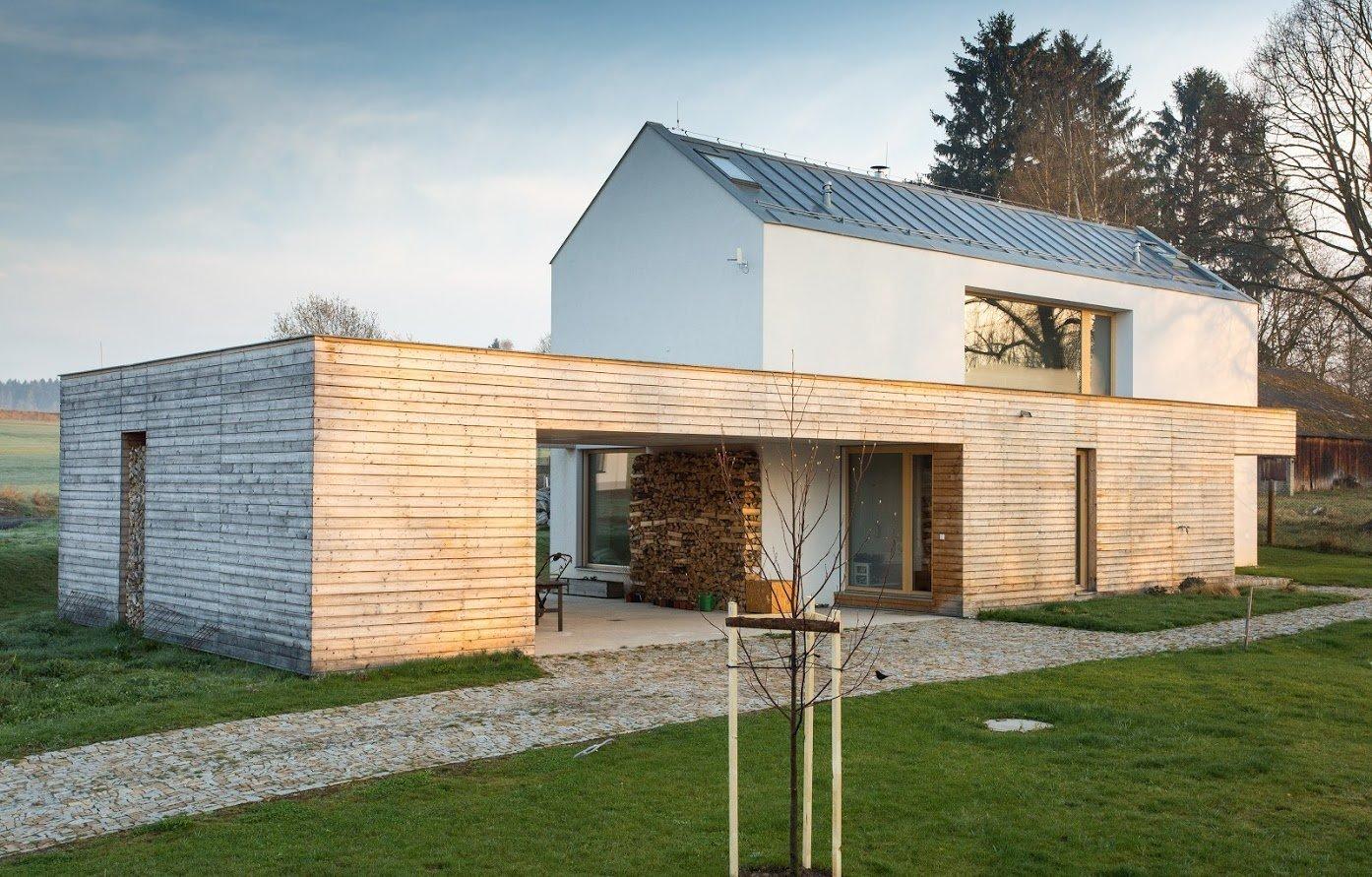 Přáním majitelů tohoto domu bylo vytvořit takový dům, který by respektoval původní venkovskou architekturu, ale zároveň nabízel i moderní prvky, jež jim poskytne potřebný komfort k bydlení. Dům se nachází v městečku u Pelhřimova.