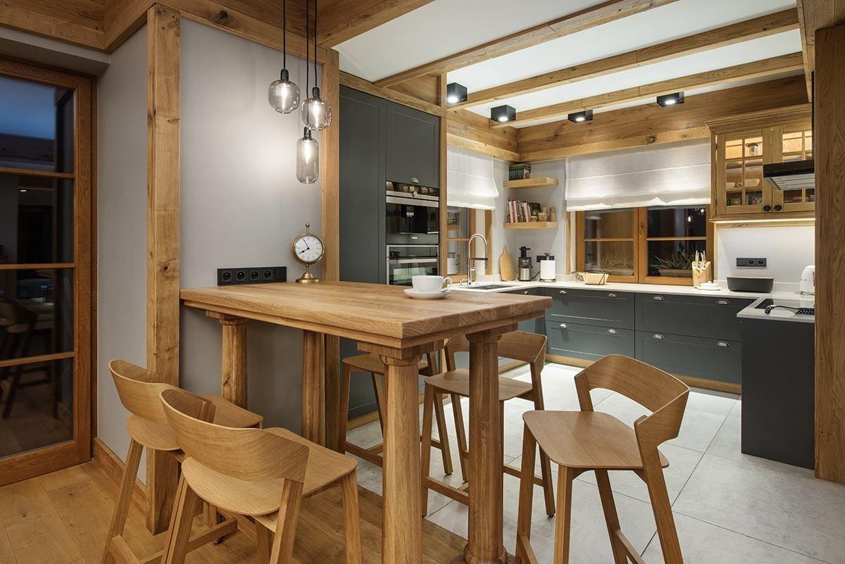 Toto bydlení v horách je opravdovou oslavou dřeva a půvabných odstínů šedé barvy. Hlavní roli v něm hraje prostor, vkus a elegance. Po obdivuhodné práci architektů zde vzniklo úžasné místo pro setkávání početné rodiny i přátel. Jak se tady asi bydlí?