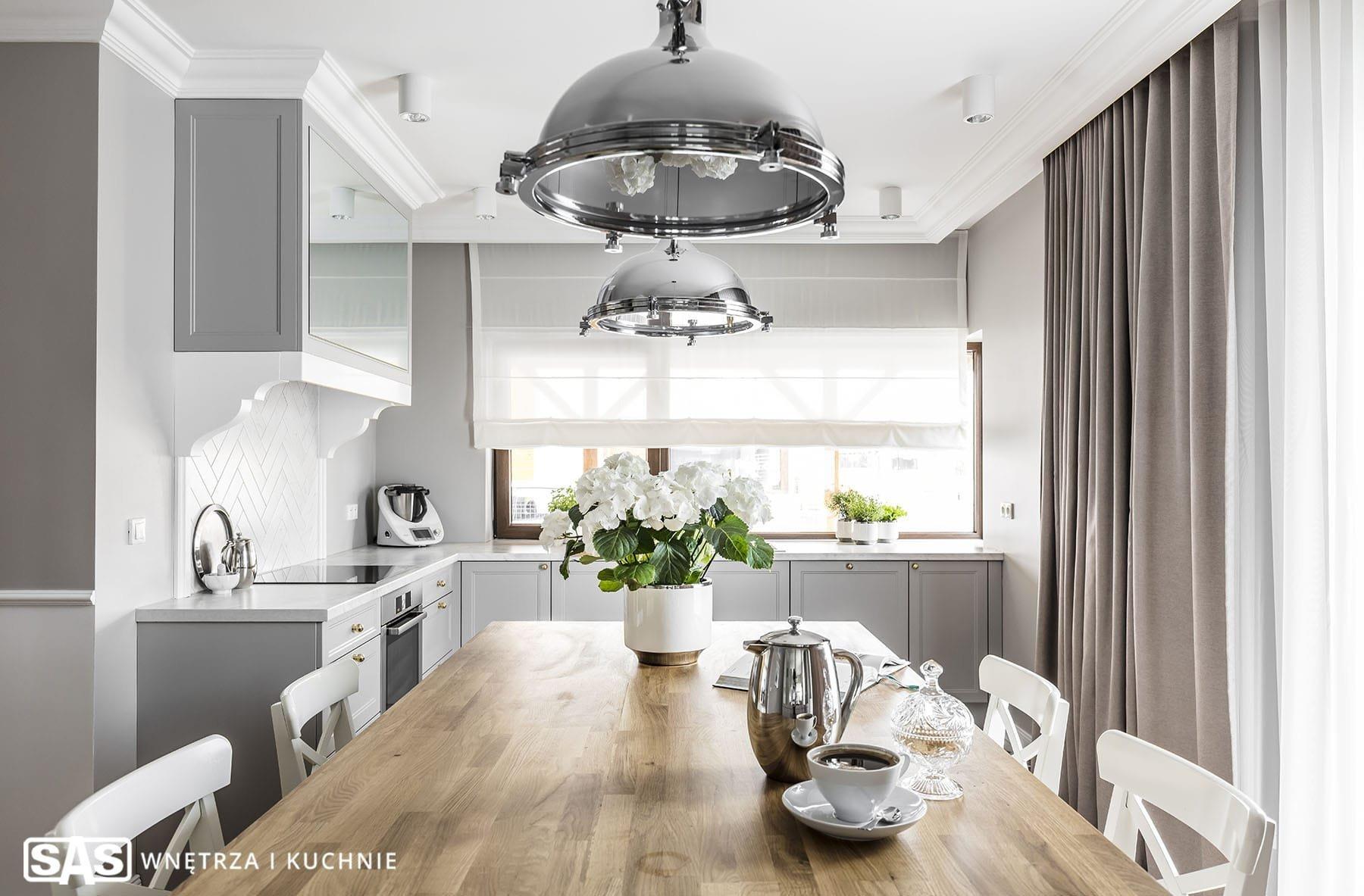 Nový rok se nezadržitelně blíží. Co jej prožít v nové kuchyni? Pokud se vám vaše kuchyně okoukala, připadá vám fádní a nehostinná, inspirujte se naší dnešní návštěvou v elegantní šedé kuchyni. Uvidíte, že šedá vůbec neznamená nudná – ba právě naopak!