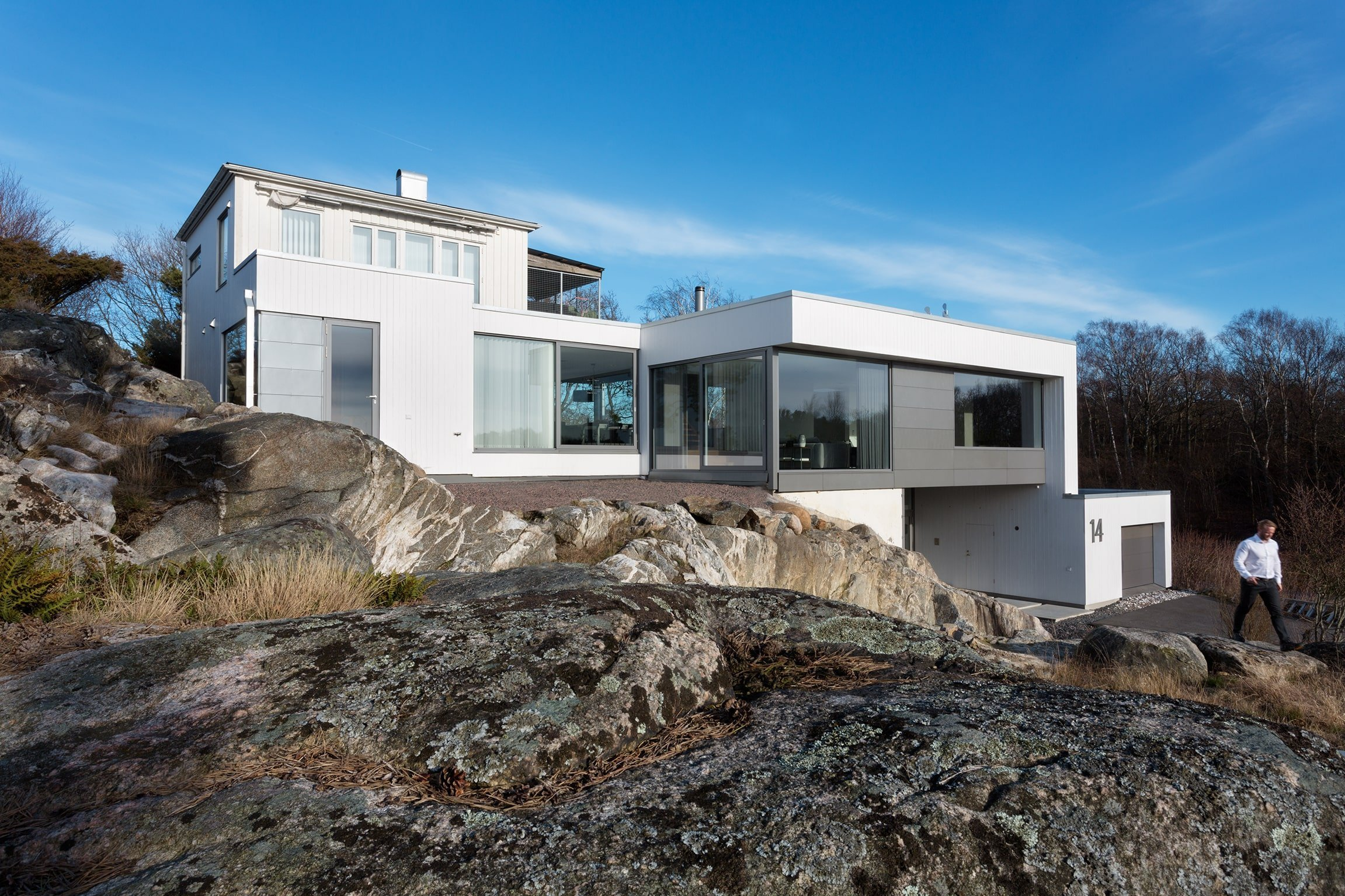 Mladí majitelé domu, který už dávno vyšel z módy, ze švédského města Särö, se rozhodli k velmi radikální změně, jakou byla rekonstrukce ve stylu Bauhaus, což je jedna z nejvýznamnějších avantgardních škol designu, architektury a umění.