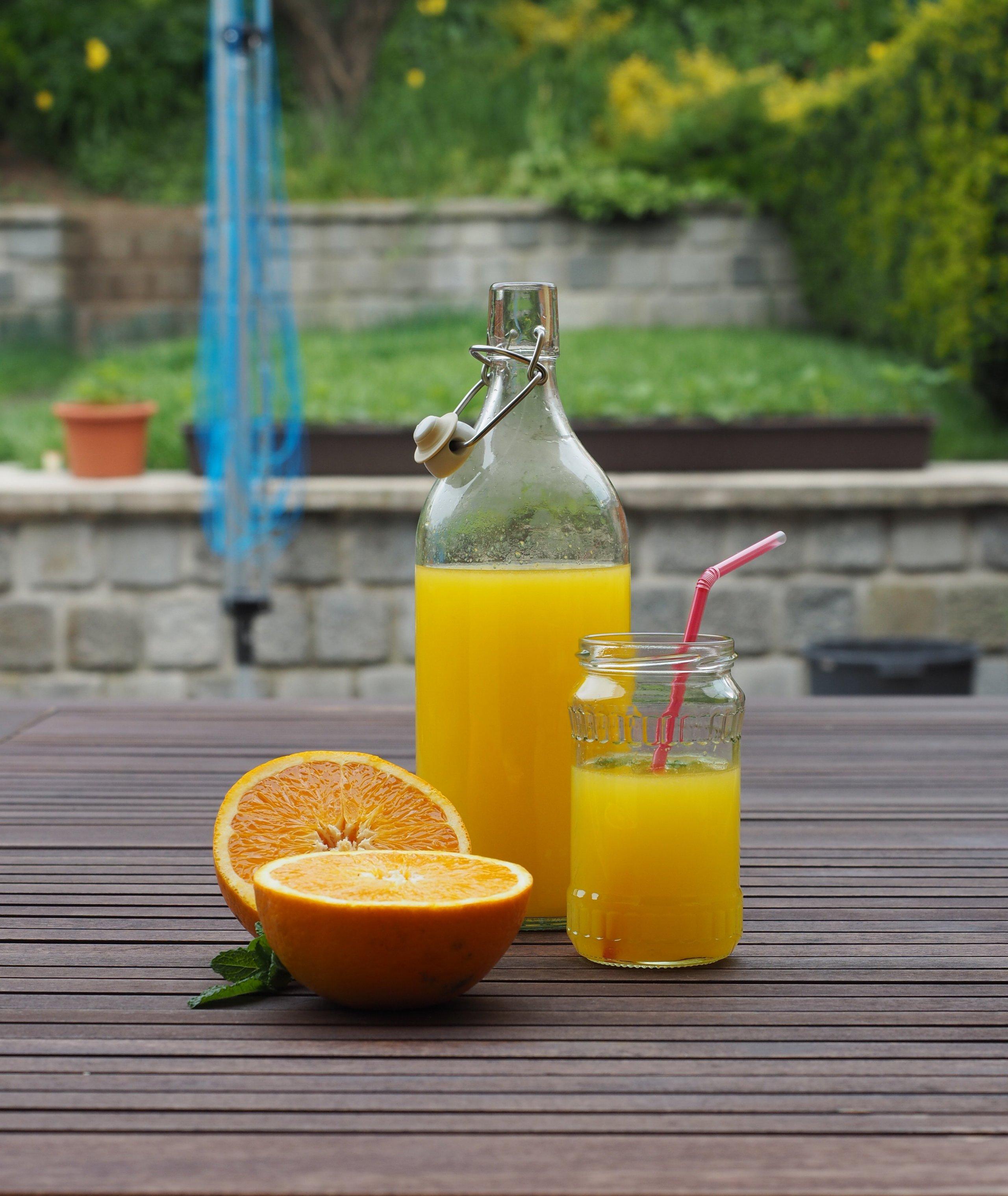 Když se podíváte na složení i těch nejdražších pomerančových džusů na pultech našich běžných obchodů, mnohdy nevíte, co se vlastně chystáte vypít. Když si takový pomerančový nápoj připravíte doma sami, žádné nemilé překvapení vás nečeká. Navíc pro vás máme recept, který je snadný, zdravý a doslova za pár korun!