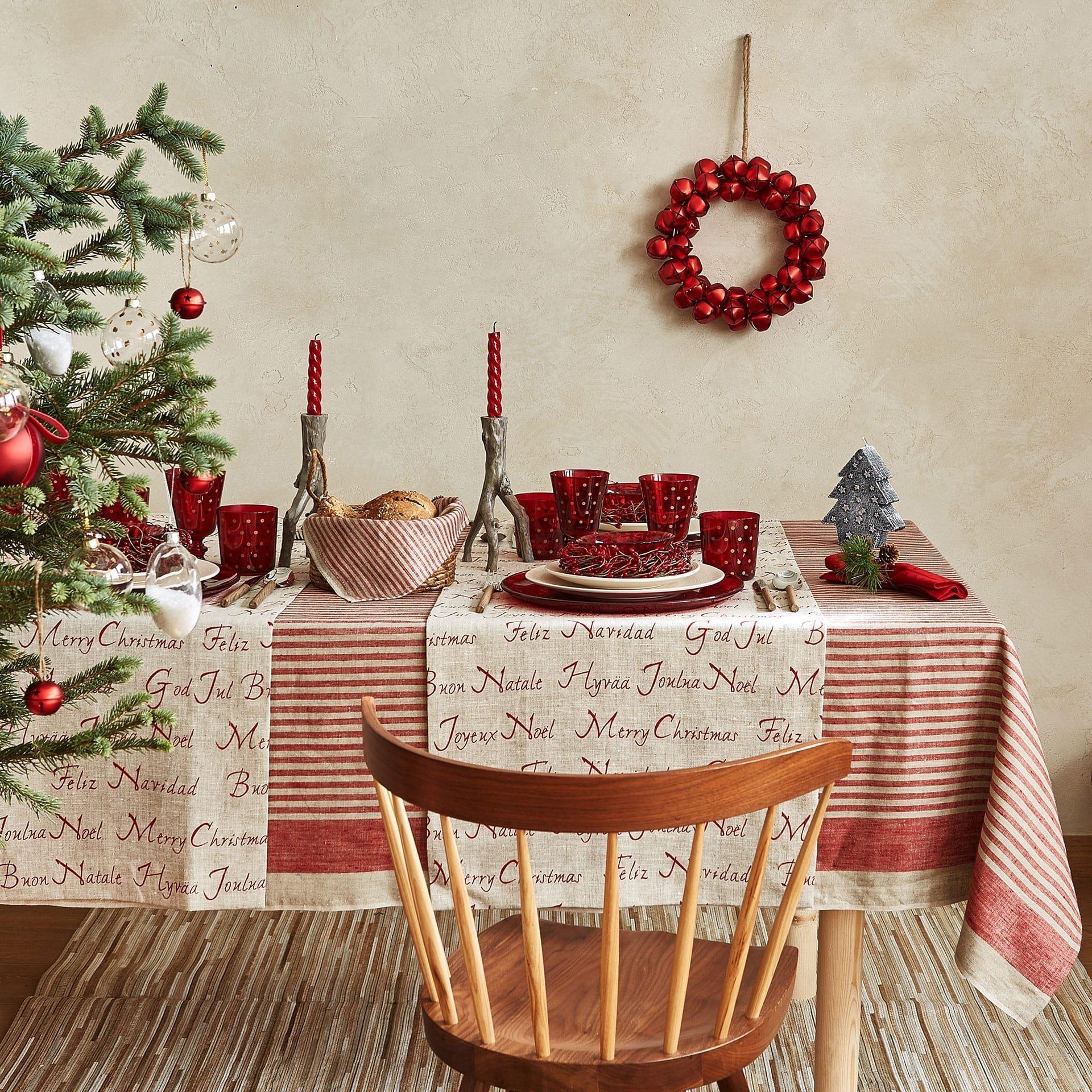 Slavnostní okamžiky si žádají slavnostní prostírání. A kdy jindy si hospodyňky mohou dosyta vyhrát s výzdobou jídelního stolu než právě o Vánocích? A tak vám přinášíme tipy, jak si vánoční čas plný návštěv a gurmánských zážitků ještě více zpříjemnit.