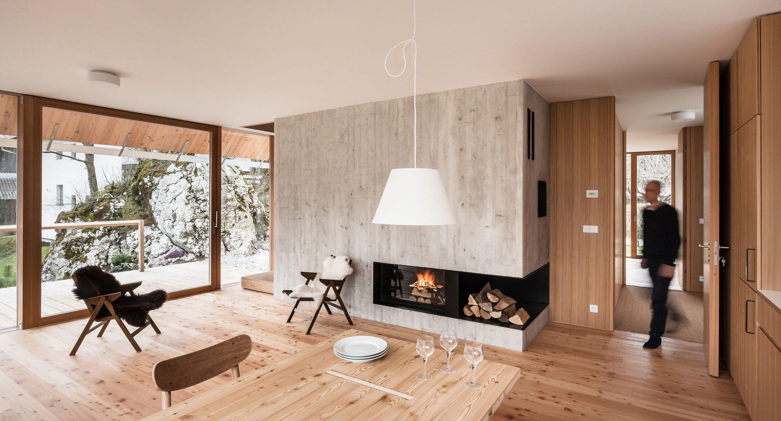 Lepší charakteristiku tohoto domu stojícího v Julských Alpách, v národním parku Triglav, nelze vymyslet. Architekti ze studia Skupaj se předvedli a vytvořili krásný, moderní a hlavně jednoduchý dům, který si zaslouží naši pozornost.