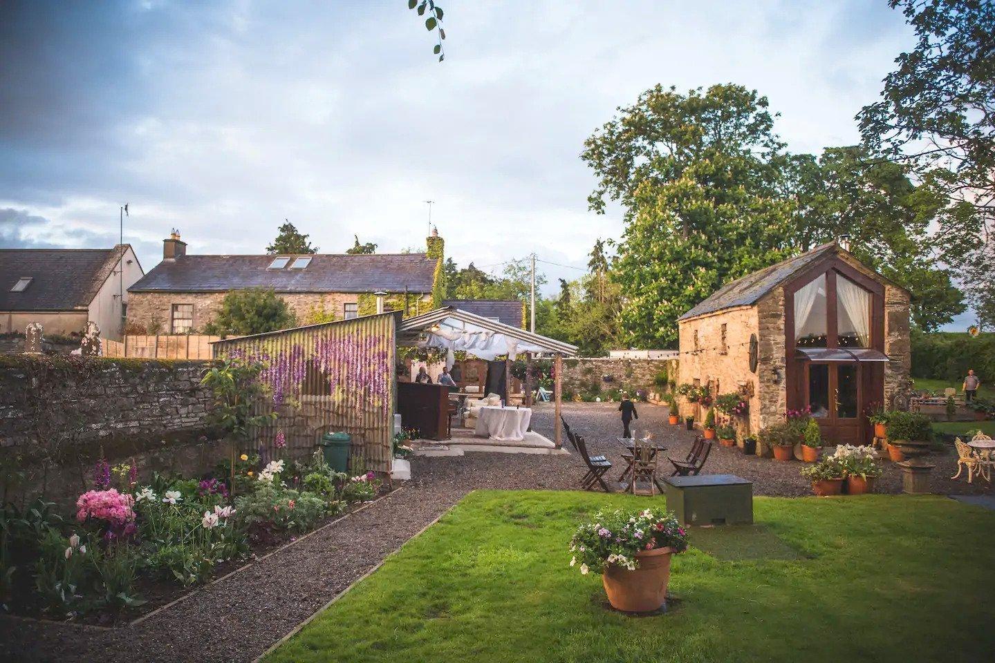 Chata, vytvořená ze staré kamenné stodoly, se nachází v irském městečku Ardcath, které je vzdáleno necelou hodinu cesty od známé metropole Dublin. V současnosti je využívána jako rekreační ubytovací jednotka, která je ideálním útočištěm pro romantickou dovolenou ve dvojici mimo rušných velkoměst.