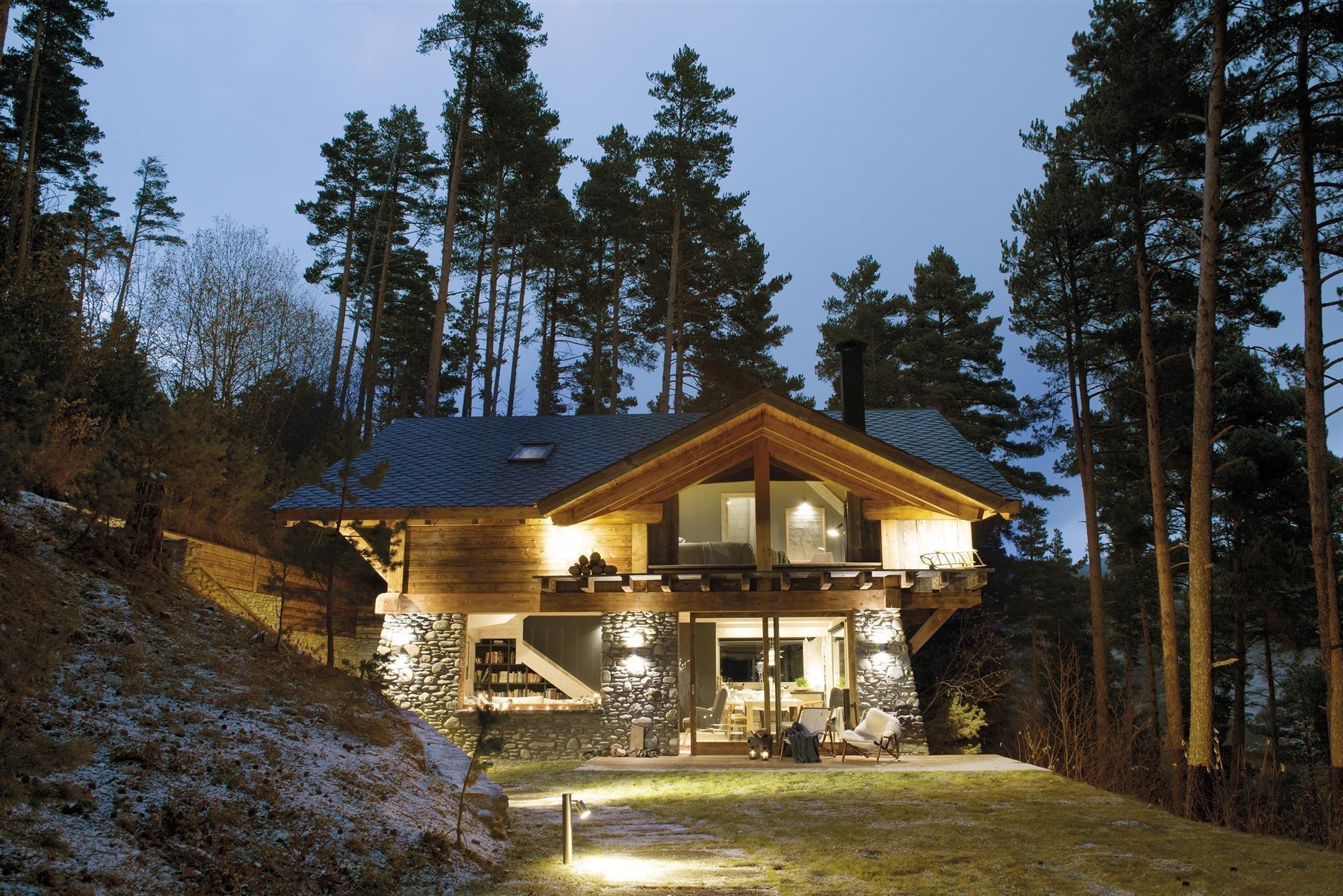 Teplo krbu, hebkost přikrývek, vůně lesa a dostatek soukromí – to všechno a mnohem více nabízí moderní dřevěný dům obklopený vzrostlými jehličnany. Jeho interiér se nese převážně v severském duchu, má vkus a neobyčejný smysl pro detail.