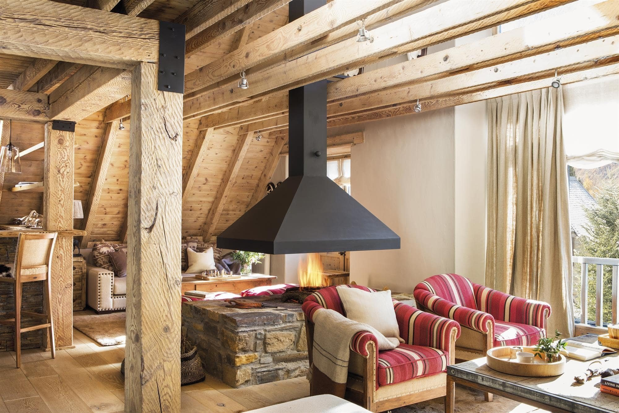 Katalánské údolí Arán ukrývá chalupu s působivou architekturou i interiérovým designem. Ta skýtá dechberoucí výhledy na vrcholky zasněžených hor a je dokonalou oázou tepla, klidu a soukromí. Její hlavní devizou je hojné využití přírodních materiálů a také velmi přitažlivá kombinace barev.