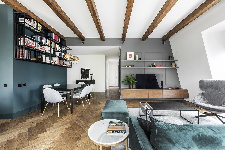 Klasický a moderní styl spojený v bytě z dílny designového studia InArch vypadá velmi přitažlivě. Moderní tvary, mosazné akcenty a odvážné barevné detaily – to všechno dalo vyrůst pozoruhodnému interiéru v hlavním městě Litvy. Své nepopiratelné kouzlo má i zajímavá střešní geometrie, díky které mohou plně vyniknout překrásné dřevěné trámy.