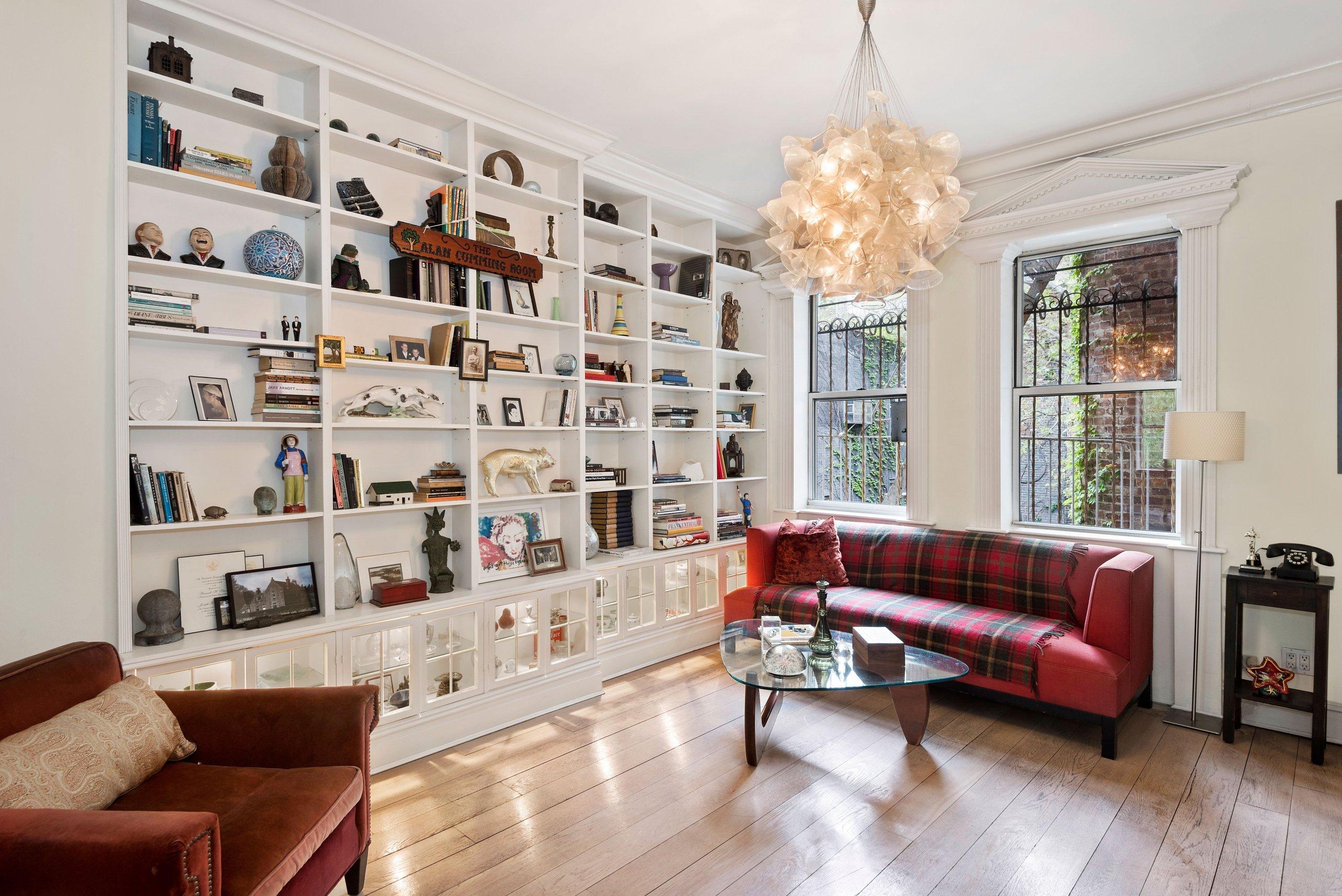 Místnosti jsou zařízené jednoduše, aby vynikla kouzelná architektura bytu a jeho historie.
