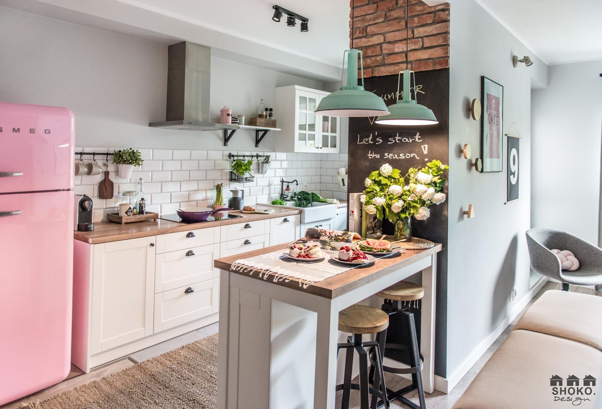 Interiér malého polského bytu je opravdovou pastvou pro oči. V čele s rozkošnou růžovou ledničkou tu vzniká hravě zařízený prostor, který působí jemně a něžně díky příjemným kombinacím pastelových barev. Spojení retro a skandinávského stylu tu navíc vytváří neskutečně svůdnou atmosféru.