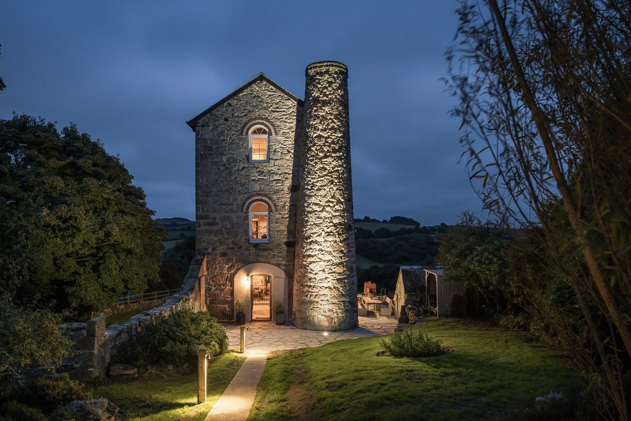 Z bývalého důlního objektu v anglickém hrabství Cornwall se jako ze skořápky vylouplo neskutečně romantické bydlení. Se svou úchvatnou atmosférou a dechberoucími výhledy do přírody se není čemu divit, že se tento zrekonstruovaný důlní objekt stává zamilovaným místem všech budoucích novomanželů. Ať už jde o svatby nebo o klasické pobyty, nejsou na tomto kouzelném místě ničím jiným než splněným snem.