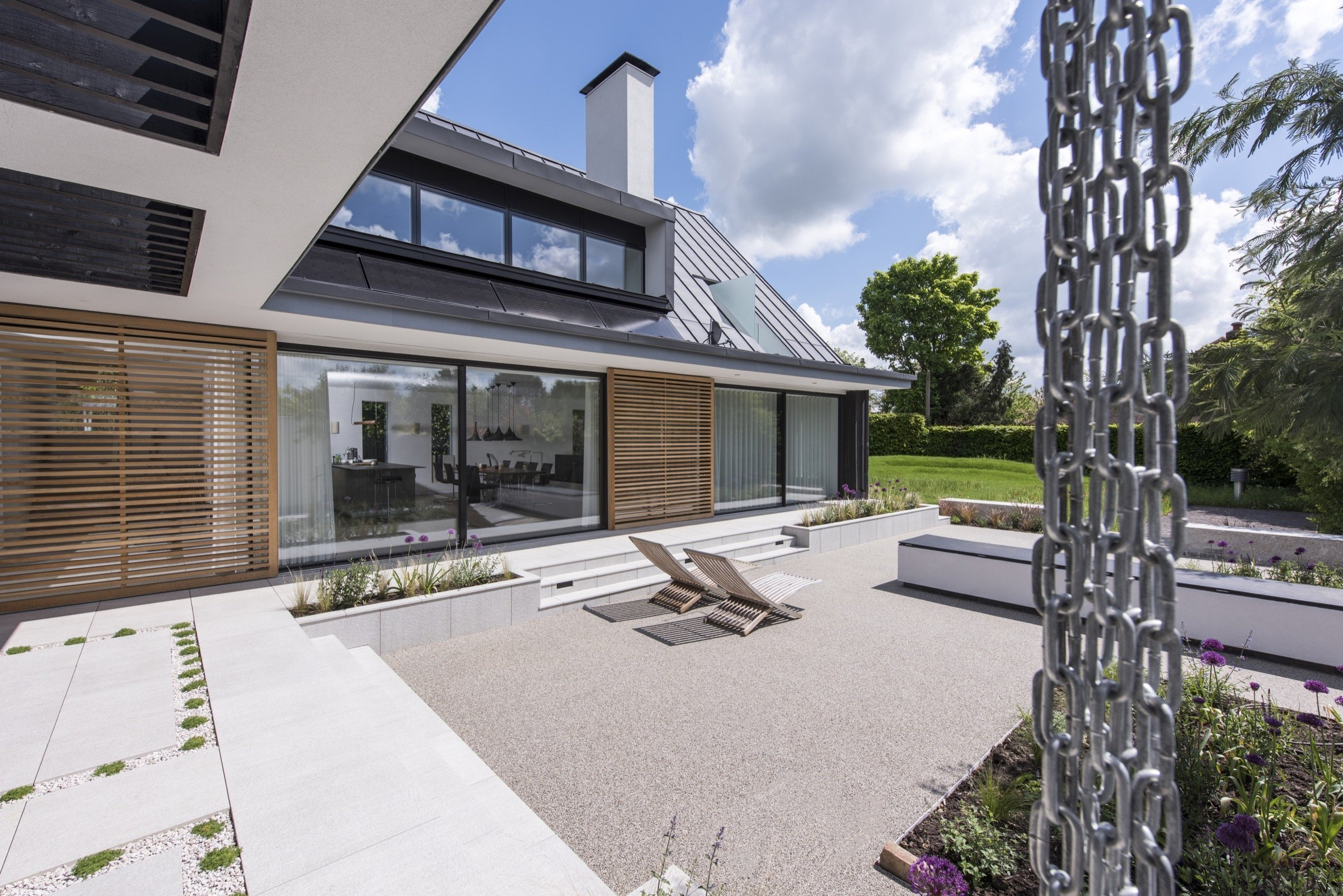 Díky britsko-české architektonické kanceláři Jestico + Whiles vyrostl v půvabném prostředí hrabství Buckinghamshire severovýchodně od Londýna energeticky šetrný dům s nulovou uhlíkovou stopou. Tato stavba je skvělým příkladem současného udržitelného designu. Oceněna byla dokonce i Královským institutem britských architektů.
