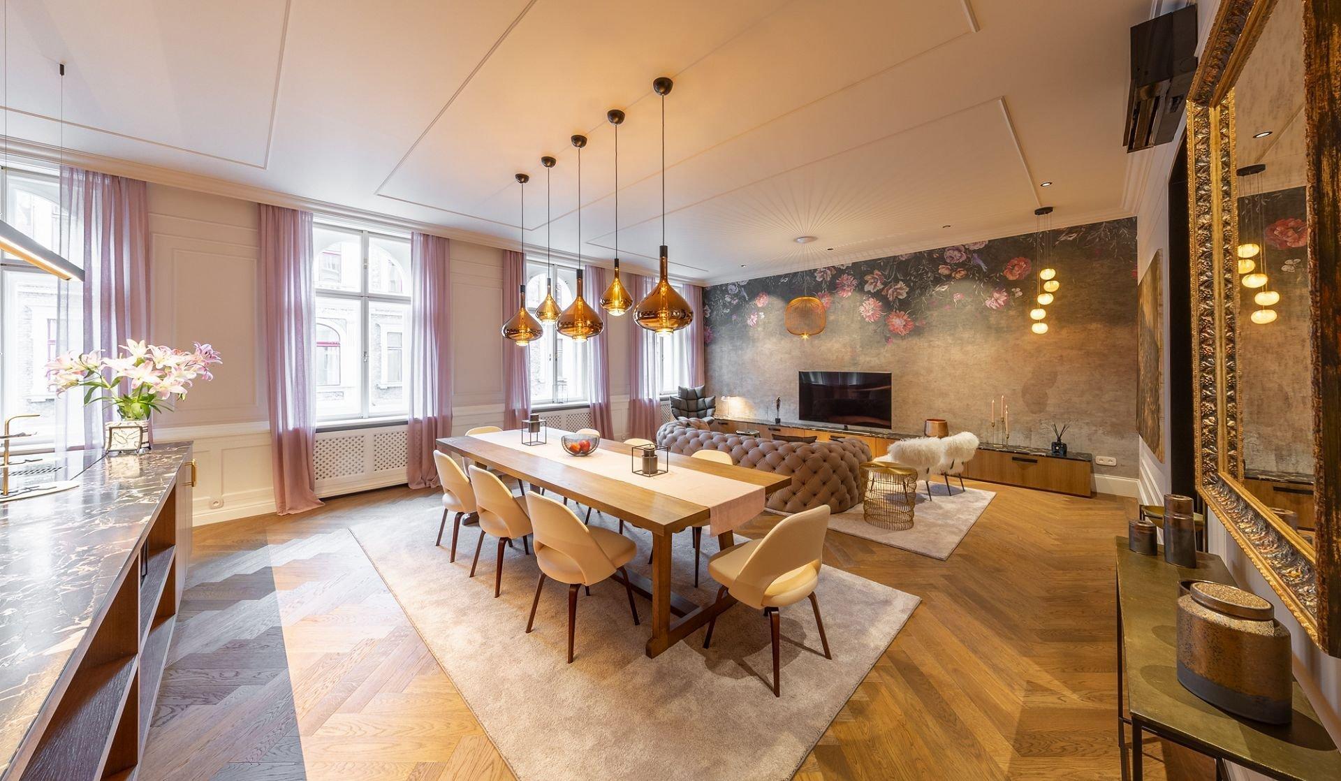 Nedaleko od Václavského náměstí a Františkánské zahrady se nachází luxusně zařízený byt ve stylu glamour. Prošel si nákladnou a velmi precizní rekonstrukcí, nyní tak nabízí vysoce komfortní bydlení přímo v centru historické Prahy. Přitažlivost tohoto bytu tkví především v jeho lesku, pastelových barvách a květinových motivech.