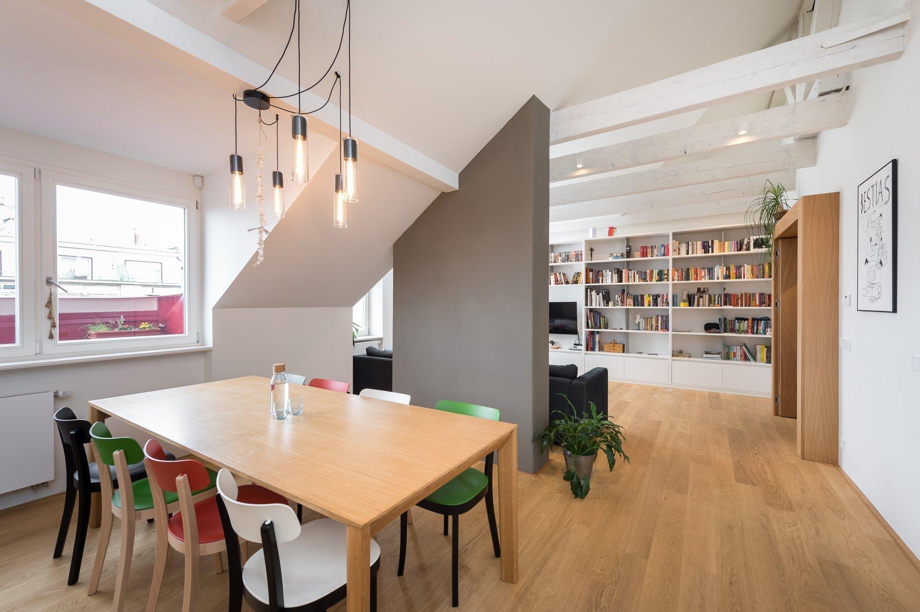 Pražský činžovní dům z počátku 20. století v sobě ukrývá velkoryse pojatý byt s dostatkem soukromí pro každého. Čtyřčlenné rodině spolu se psí slečnou se tu dostalo domova plného prostoru a světla, ale i moderního designu.