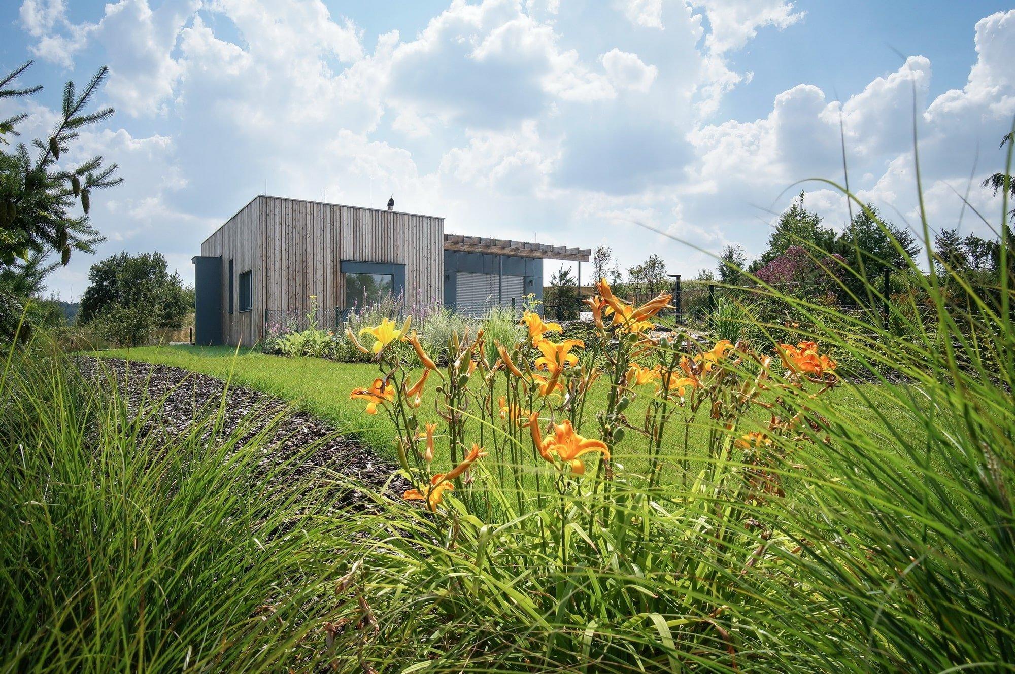 V jižním podhůří Krkonoš vyrostl díky spolupráci ateliéru Mardou pěkný a praktický zahradní domek. Tenhle příjemný doplněk k již stojící vile byl pro architekty výzvou, museli se totiž popasovat s jistými limity včetně již založeného tvaru koupacího jezírka.