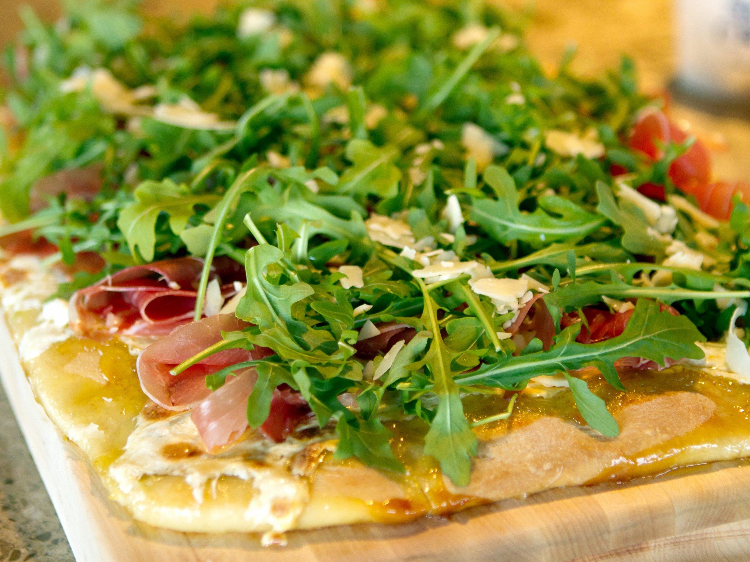 Rukola dodává jídlu svěží hořkost. Hodí se jako příloha k masům, ale i jako hlavní ingredience do salátů. Ve středomoří se přidává takřka ke každému jídlu, svoji oblibu si pomalu získává i u nás. Rukola nejen výborně chutná, má i příznivé účinky na naše zdraví a mimo jiné podporuje imunitní systém. Salát z Rukoly s cherry rajčátky a mozzarellou je skvělý a lehký pokrm nejen v teplých letních dnech. Tato kombinace zeleniny a sýru našla své místo i na pizzách.Jak na ni?