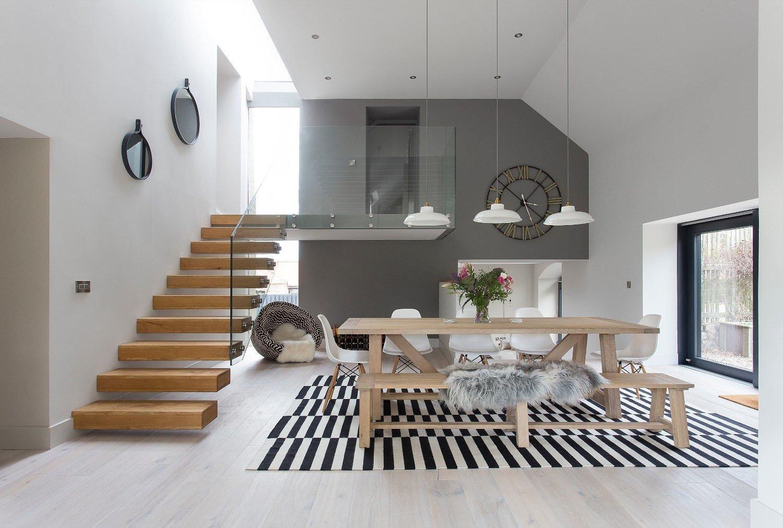 Moderní statek, který své současné podobě vděčí architektům ze studia Hen & Crask Edinburgh, najdeme ve skotském North Berwicku, města ležícího na východ od Edinburgu. Jeho převážně bělostný interiér oživuje souhra světlého dřeva a pastelových barev.