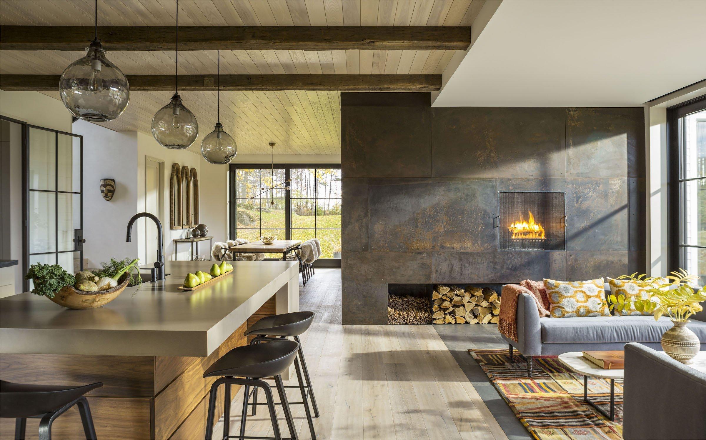 Statek situovaný na břehu jezera ve Vermontu vděčí za svou nadčasovou krásu architektům ze studia Joan Eaton Architects. Svým zevnějškem přirozeně zapadá do okolního prostředí, a to především díky bílé fasádě tolik typické pro tento region.