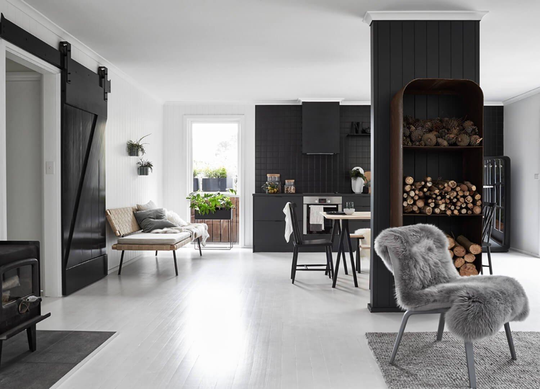 Na Morningtonském poloostrově v australském státě Victoria vzniklo přitažlivé bydlení v černobílé kombinaci a skandinávském stylu. Přímo v srdci malé venkovské obce Red Hill se tak nachází domov jako stvořený pro ztišení a relaxaci.
