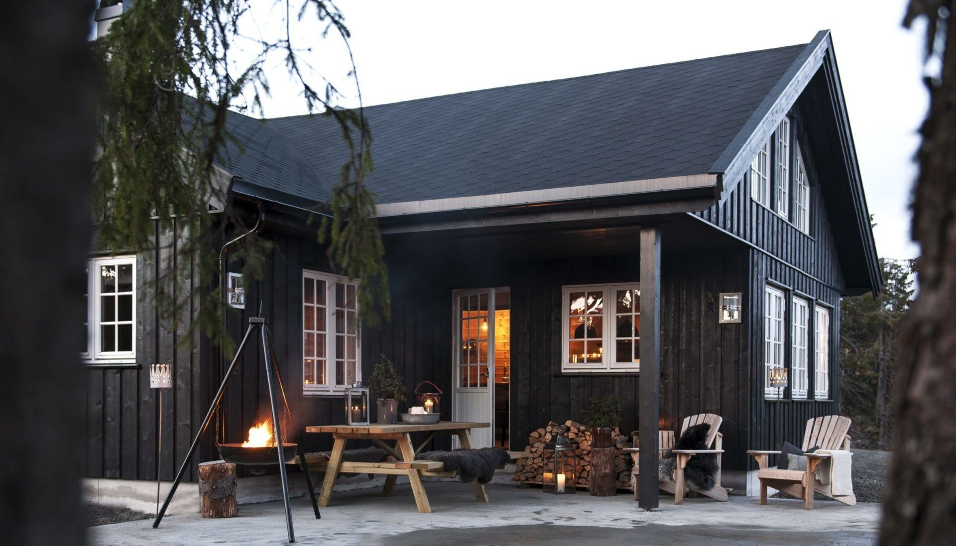 Dřevostavba v norském lyžařském středisku Sjusjøen  nedaleko od Lillehammeru padla do oka páru, jehož koníčkem je právě lyžování. Než se však mohli noví majitelé spolu se svou dcerkou plně zabydlet a užívat si zimních radovánek v blízkém okolí, bylo zapotřebí důkladné rekonstrukce.