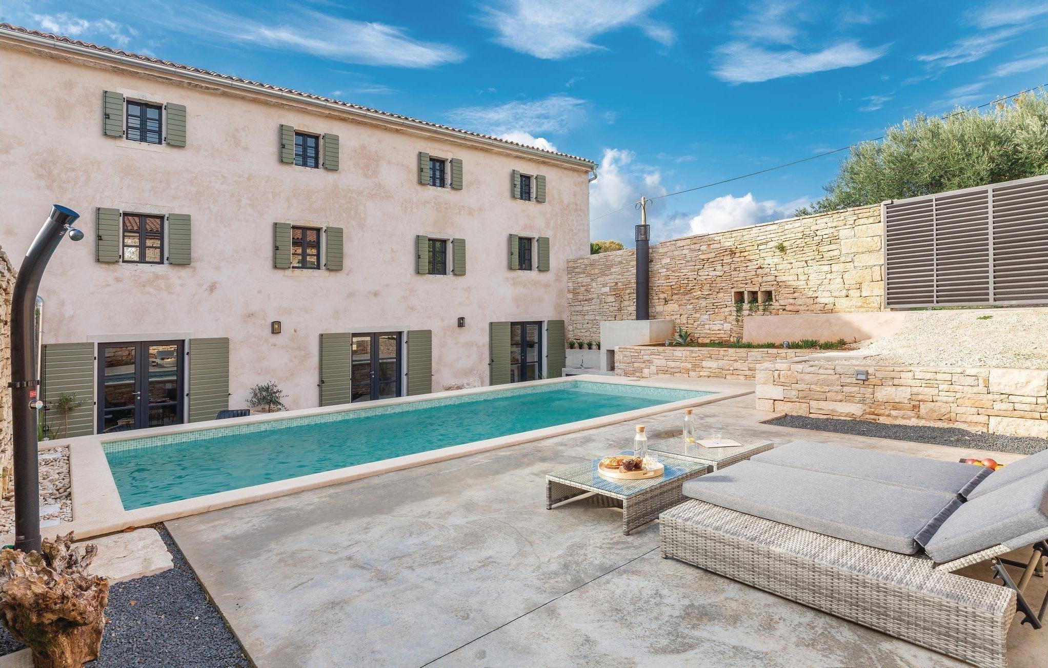 V Chorvatsku se nedaleko od moře nachází tento překrásný dům, jehož interiér vzdává hold rustikálnímu stylu. Azurově modrá obloha této oblíbené prázdninové destinace splývá s hladinou bazénu a vytváří tak atmosféru klidu, luxusu a pohodlí.