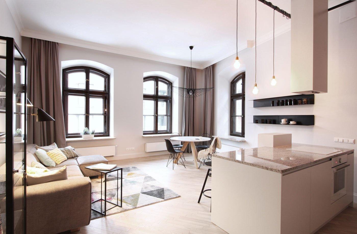 Loftové bydlení je spolu s industriálním stylem v interiérech velkým fenoménem současnosti. Jinak tomu nebylo ani při zařizování tohoto 78 metrů čtverečních velkého bytu, jehož vlastník toužil spojit kouzlo historické budovy spolu s moderním designem, který bude nejen hezký na pohled, ale i funkční.