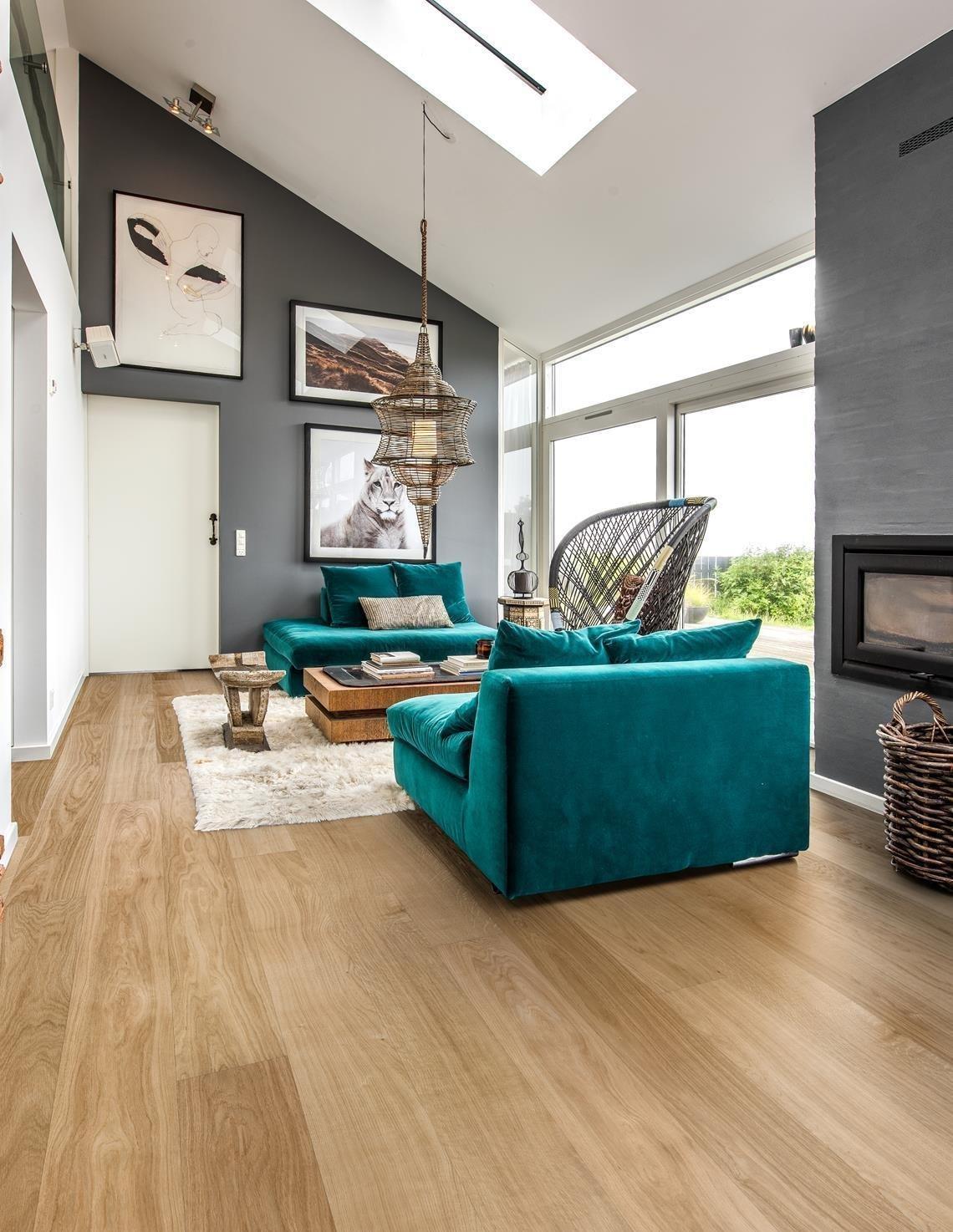 Dřevo v posledních letech zažívá velký návrat do módy, zejména co se interiérového designu týče. Najdeme jej nejen na doplňcích či nábytku, ale hlavně ve formě podlah, kde má dřevo svoji nezaměnitelnou roli. A proč bychom měli mít dřevěnou podlahu i my?