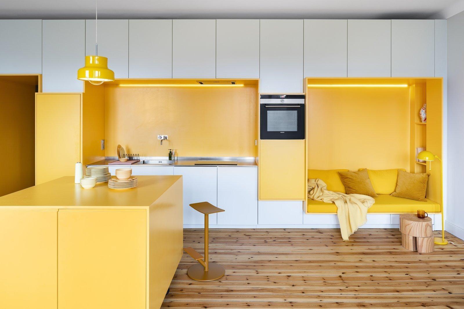 Fantazii, co se týče výběru barev do bytu, se meze nekladou. Majiteli tohoto 85 m2 velkého bytu je mladý pár, který chtěl byt s hravou atmosférou. Proto ji architekt při své práci do interiéru začlenil ve znatelném množství. A jak to celé dopadlo, se nyní můžete podívat s námi.