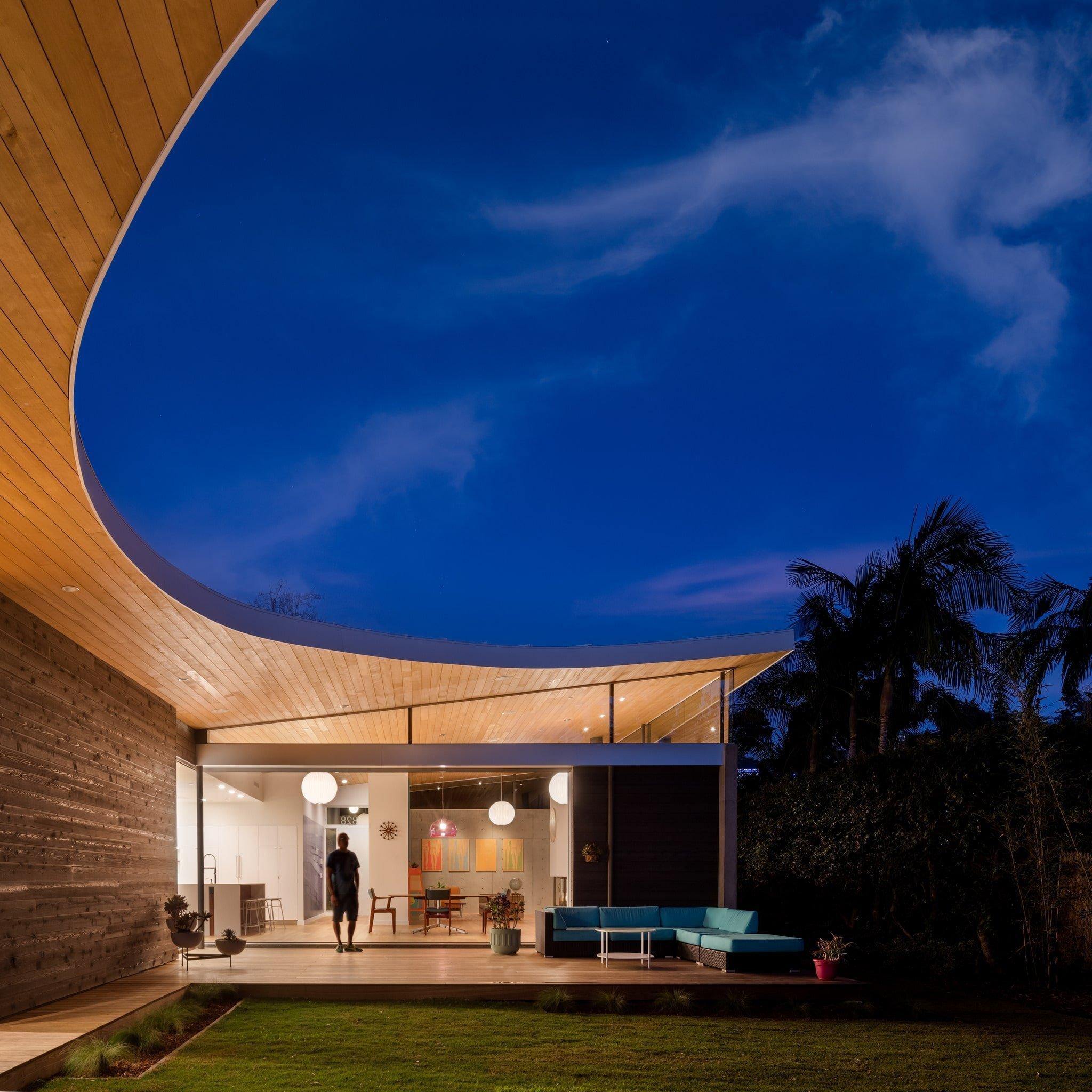 Dům se střechou ve tvaru půlměsíce