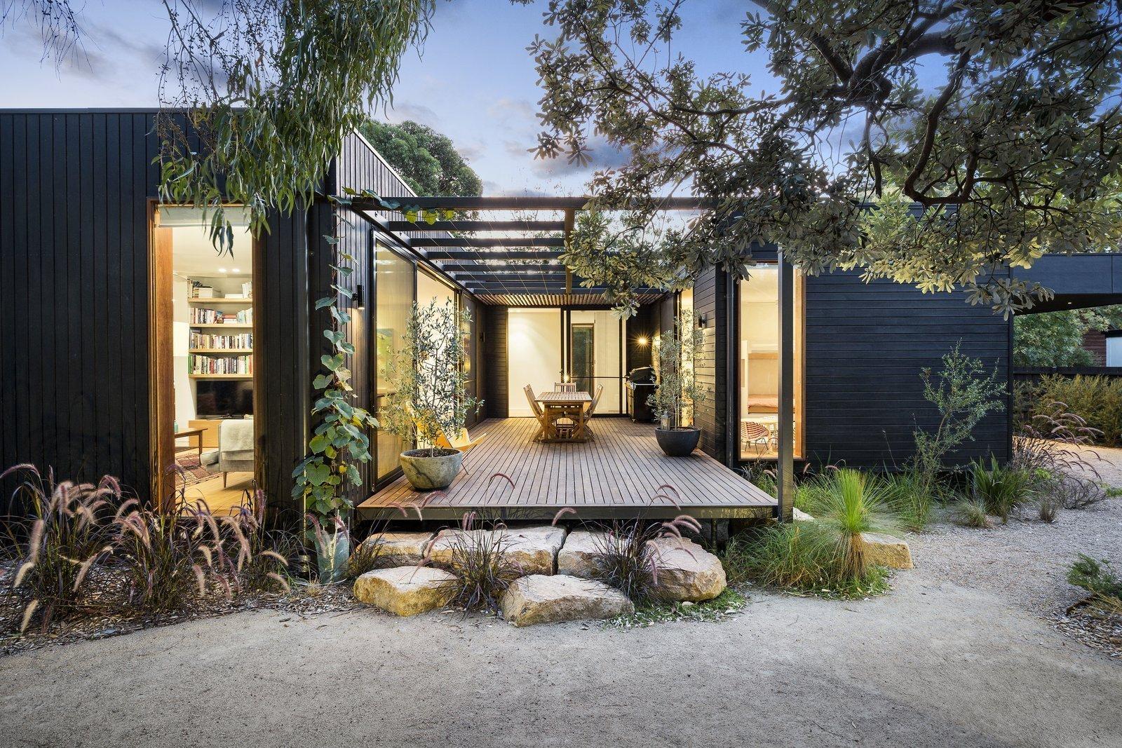 Tento skvěle propojený rodinný rekreační dům je uspořádán ve tvaru písmene U a sestává ze sedmi modulů propojených dohromady skrze centrální nádvoří. Nachází se v přímořském prostředí australské Merricks Beach a navrhl ho architekt Pleysier Perkins. Jeho nenápadné usazení v poměrně hojné vegetaci a také obložení z tmavého dřeva má za následek, že stavba působí téměř nenápadným dojmem.