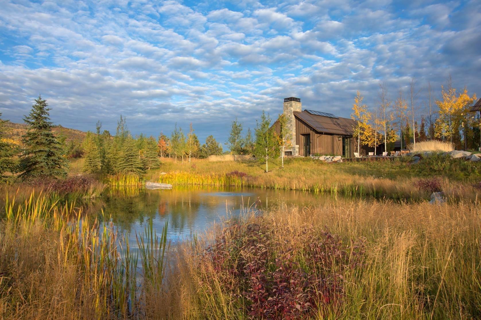 V drsné krajině Aspenu v Coloradu, se kterou si střídavě pohrává ostré slunce i silný vítr, najdeme moderně pojatý ranč se zahradou. Ta se otevírá od nádvoří jednopatrové rezidence, kterou uvádí řady vzrostlých osik (angl. – aspen). Napadlo by vás při pohledu na tuto zahradu, že vznikla na skládce?