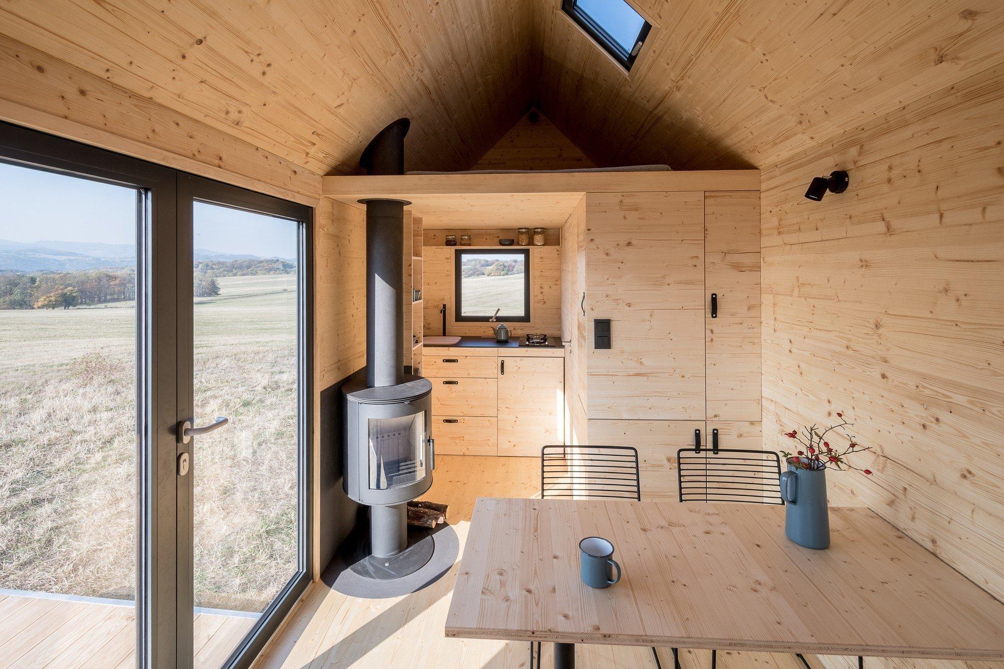 """Ne každý chce svůj život trávit na jednom místě. Právě pro takové osoby je ideální bydlení """"na kolečkách"""". Takovýto dům majiteli poskytuje komfort klasického bydlení v domě, který je plně mobilní a nepoutá jej k jednomu pozemku. Stejným případem je i Mobile Hut, projekt od českých architektů."""