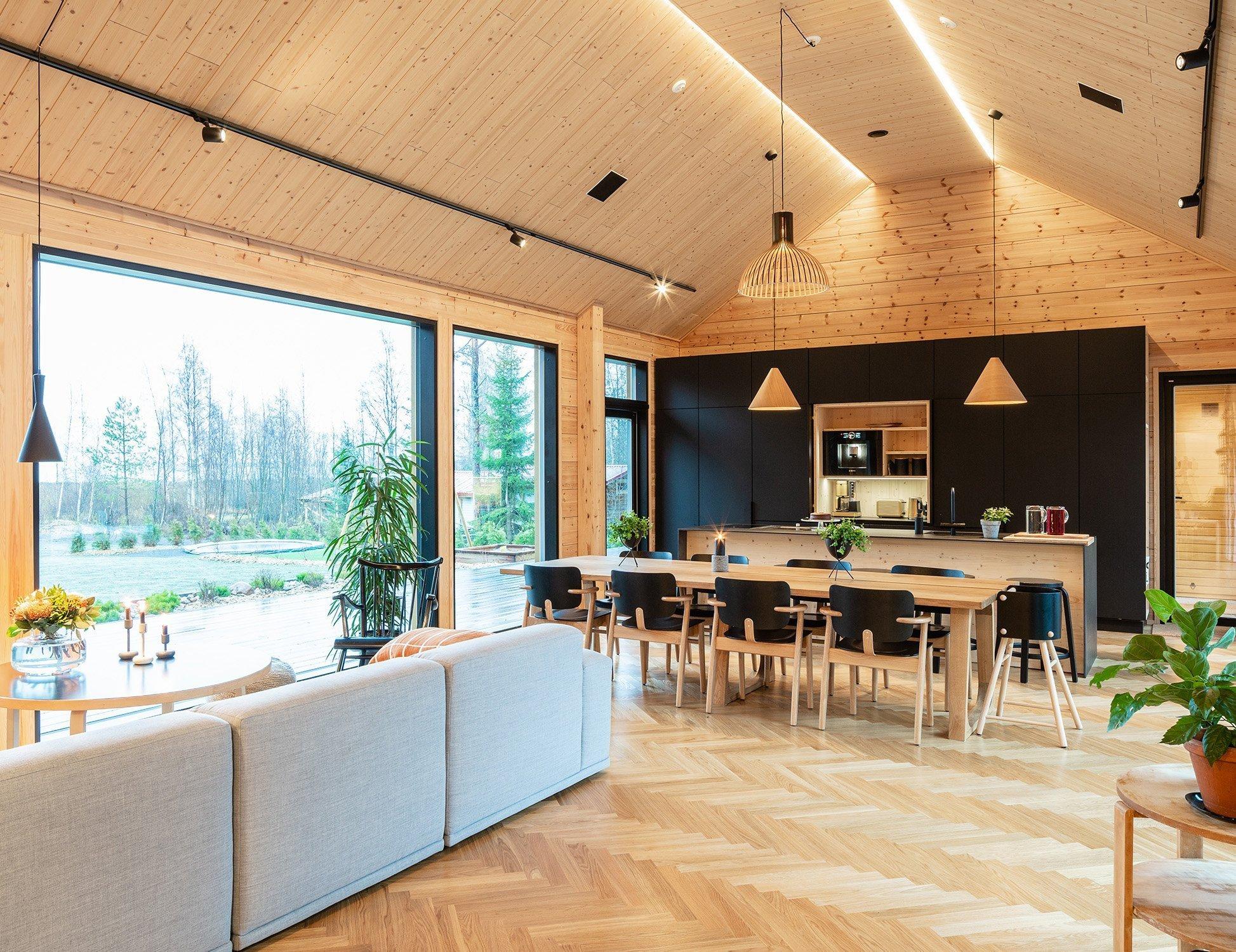 V městečku Oulu na severu Finska vyrostl moderní dřevěný dům pro šestičlennou rodinu, která po letech strávených ve vlhkém viktoriánském domě v Anglii zatoužila po návratu do rodné země. Tento dům otevřený na jih směrem k moři a prosluněný díky řadě velkých oken v sobě snoubí moderní architekturu a tradiční materiál, kterým je dřevo ve vší své přirozené kráse.