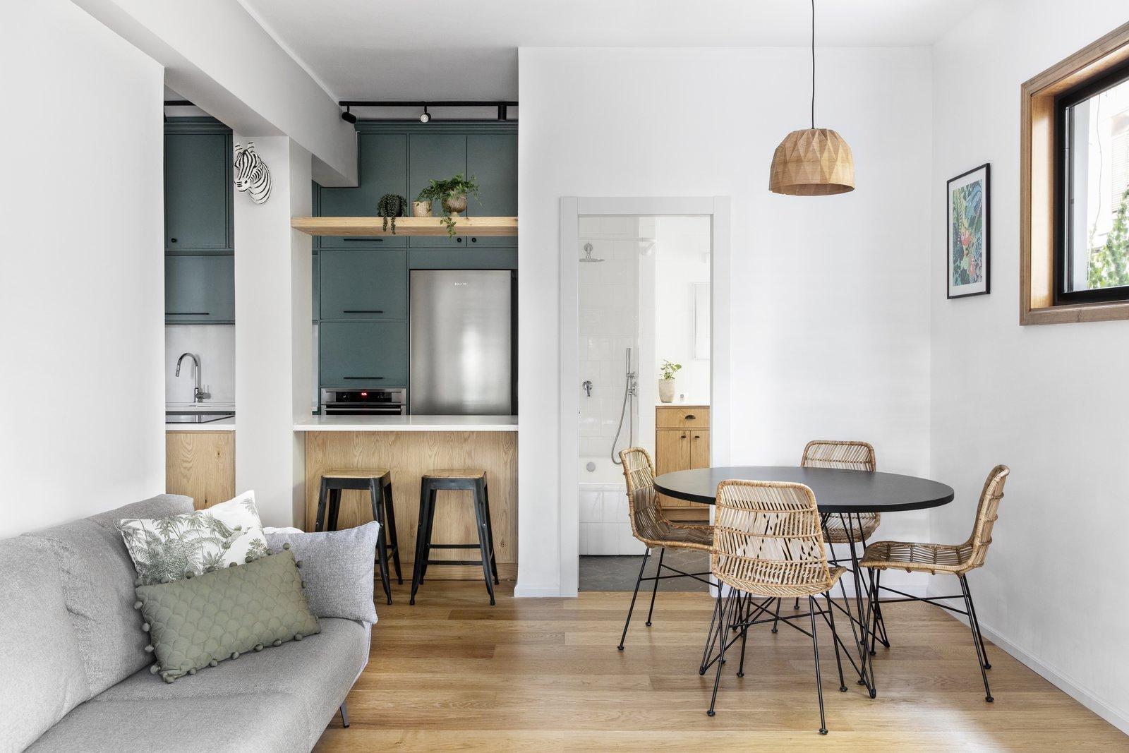 Balkón obklopený zelení se stal tou pravou inspirací pro přeměnu dosud potemnělého telavivského bytu na svěží bydlení. Přírodní materiály, zemité barvy, zvířecí a rostlinné motivy – to všechno je symbolem bydlení v této izraelské městské džungli.