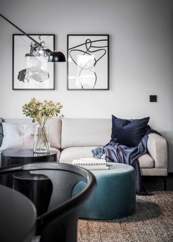 Kombinace černé a bílé barvy dodává interiéru osobitost a styl. Na to, že spolu tyto dvě vysoce kontrastní barvy skvěle fungují, přišli už severští designéři. Souhra černé a bílé barvy je totiž nepřehlédnutelná a přirozeně okouzlující. Ne jinak je tomu i v případě tohoto nového vzdušného bytu, kterému černobílá hravost dodává ty správné magické vibrace.