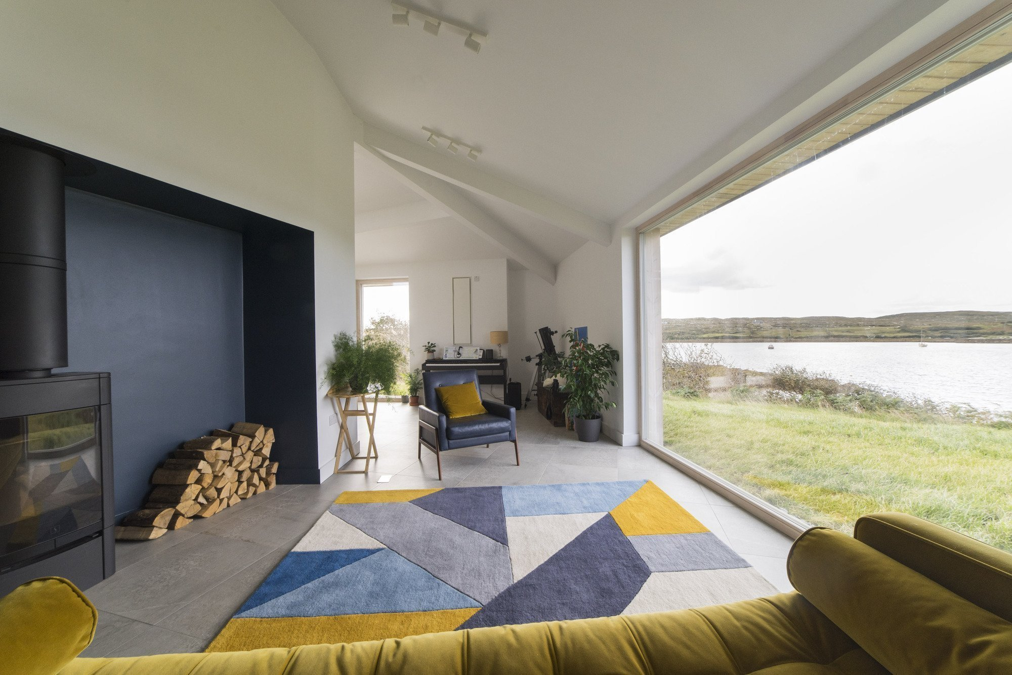 Romanticky situovaná stavba na skalním ostrohu u Atlantského oceánu v drsném irském kraji Connemara je dílem věhlasného dublinského studia Tierney Haines Architects.