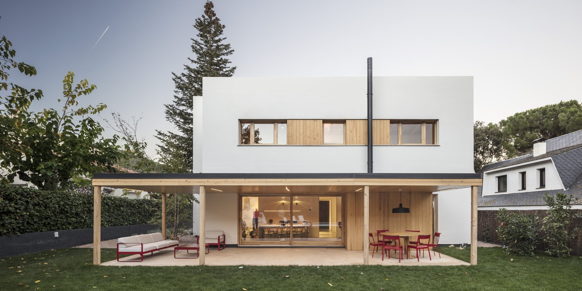 Jak postavit velký dům, aby nepůsobil masivně a neudusil zahradu