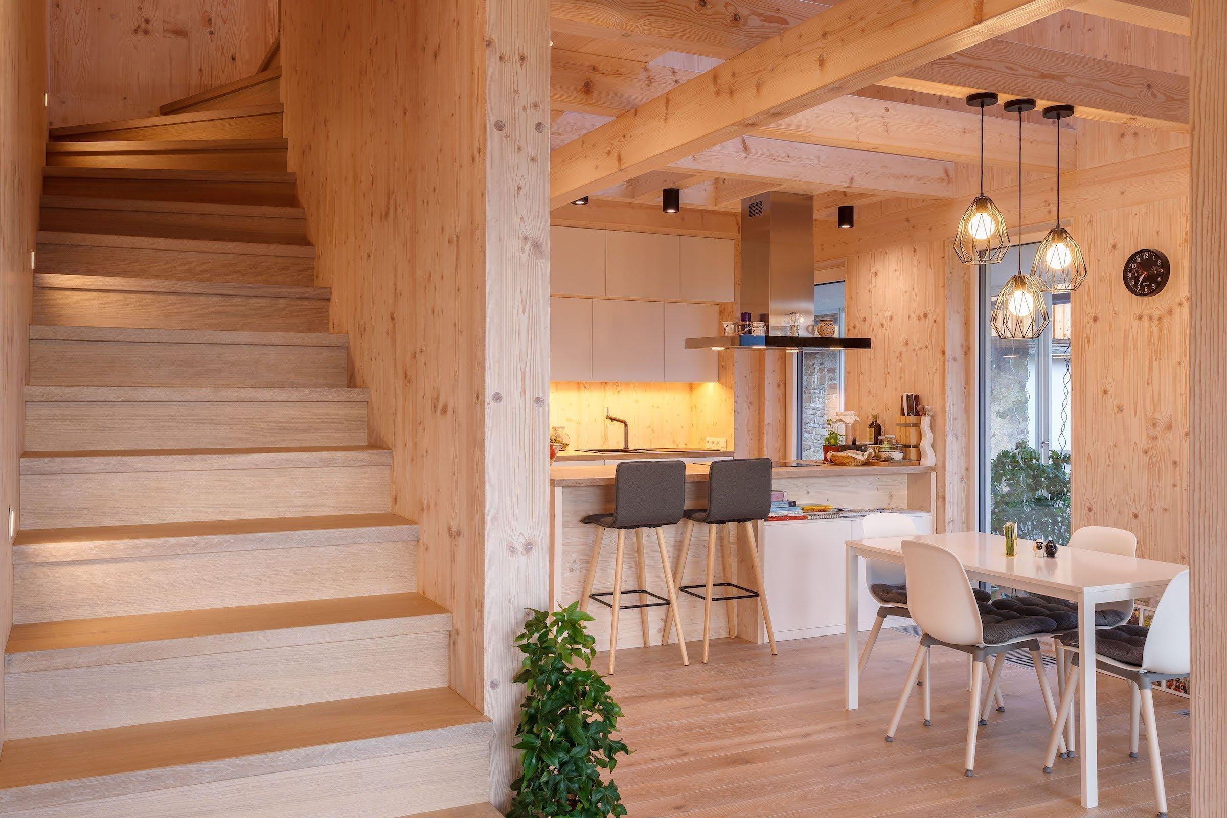 """Jak dosáhnout, aby byl nový dům opravdovým domovem rodiny stavebníka a současně harmonicky rozšířil """"rodinu"""" stávajících staveb v okolí? Odpovědí je individuální projekt a jako profesionální, tak i citlivý přístup architekta k návrhu novostavby - obzvláště tehdy, má-li stát v lokalitě s tradiční venkovskou zástavbou?"""