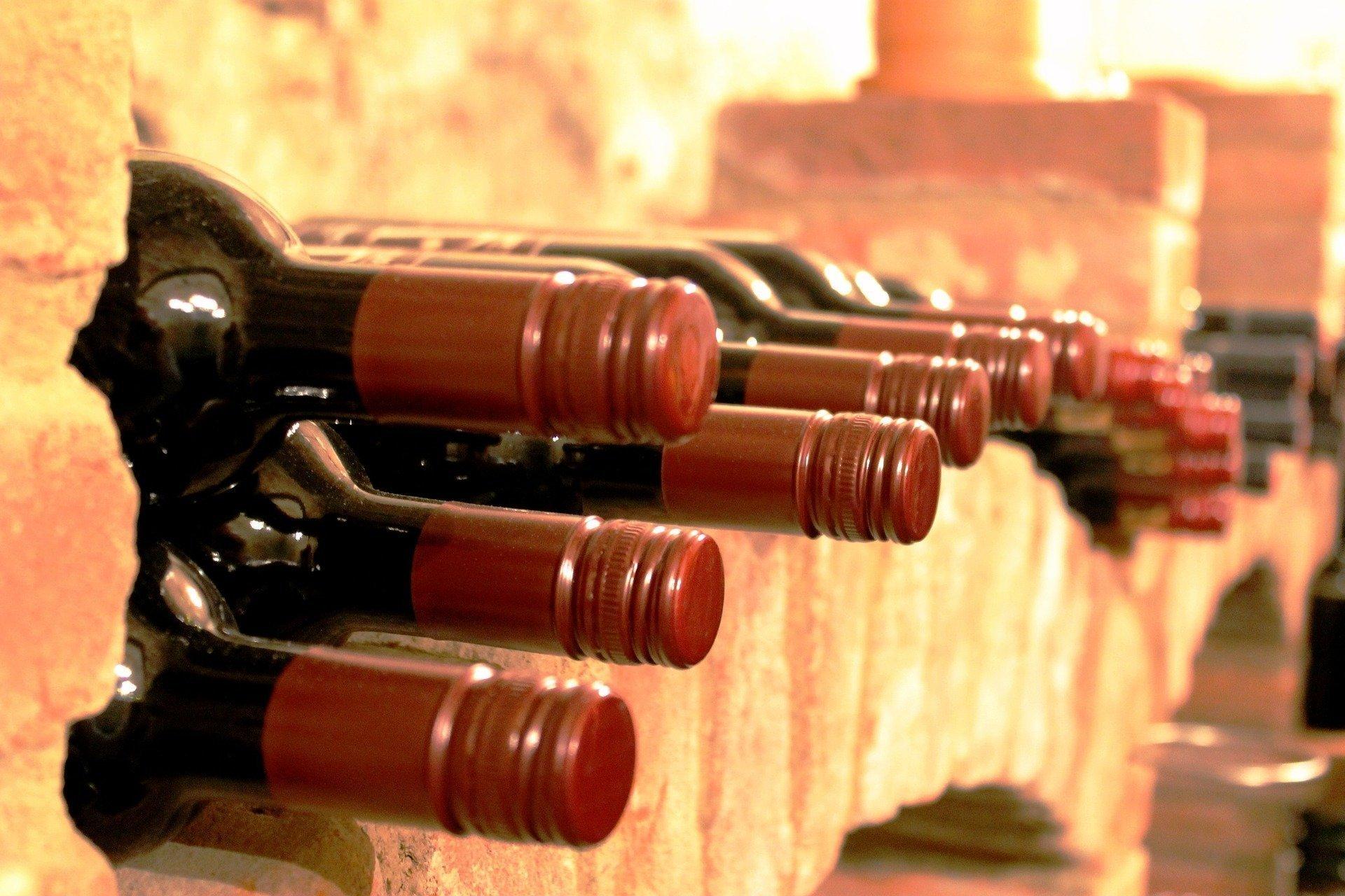 Každý milovník vína by měl mít alespoň pár jeho lahví doma do zásoby. Víte ale o tom, že i archivní vína je třeba skladovat za jistých podmínek, které zabrání jeho znehodnocení? Víte, proč musí lahve ležet vodorovně? A proč je třeba udržovat teplotu, která nekolísá?