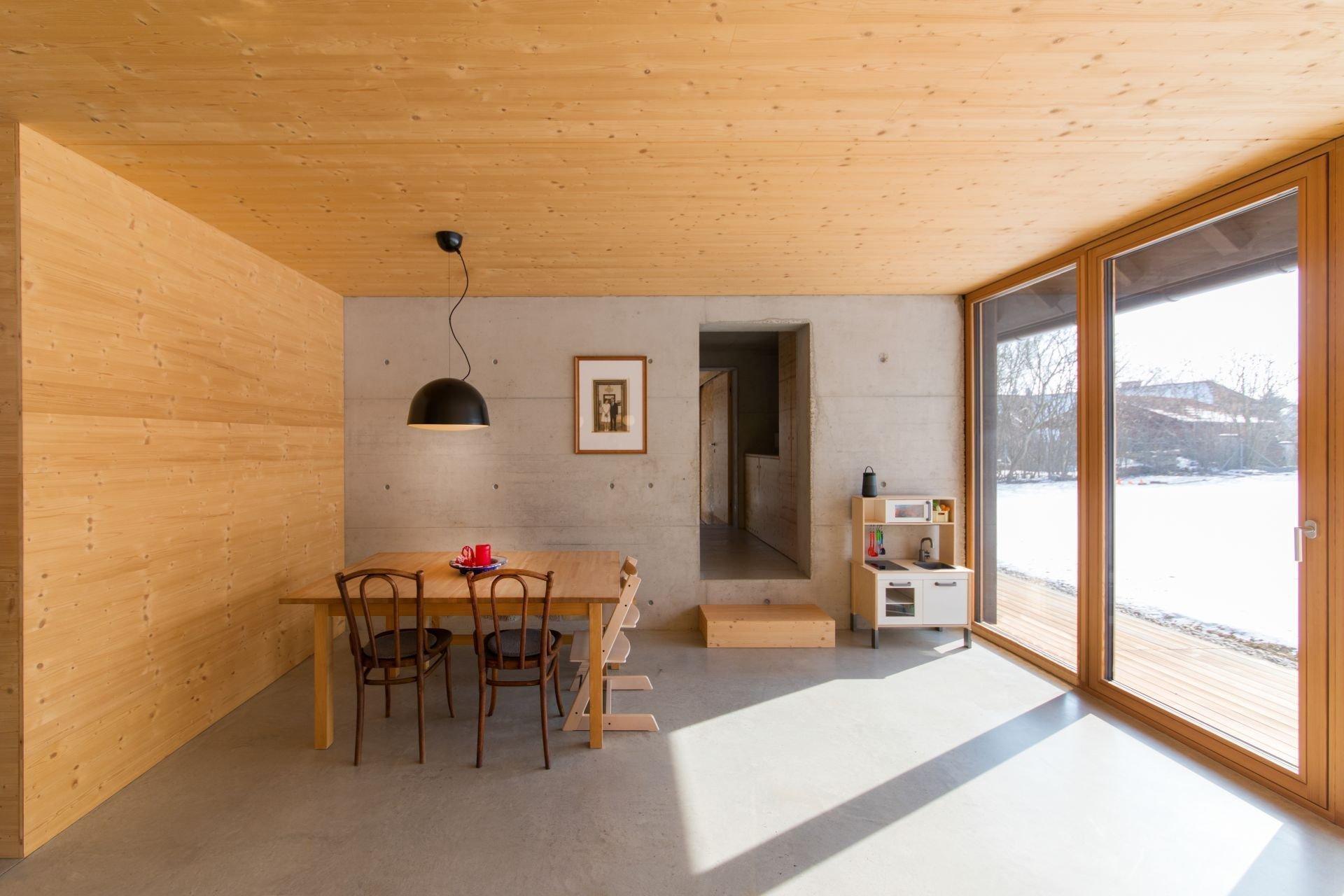Dřevo patří mezi nejvíce oblíbené stavební materiály vůbec. A není divu. Nejen že má skvělé vlastnosti, navíc jde i o materiál krásný na pohled. Tento dům je ukázkou toho, jak to může dopadnout, když máme dřevo jak v exteriéru, tak v interiéru.