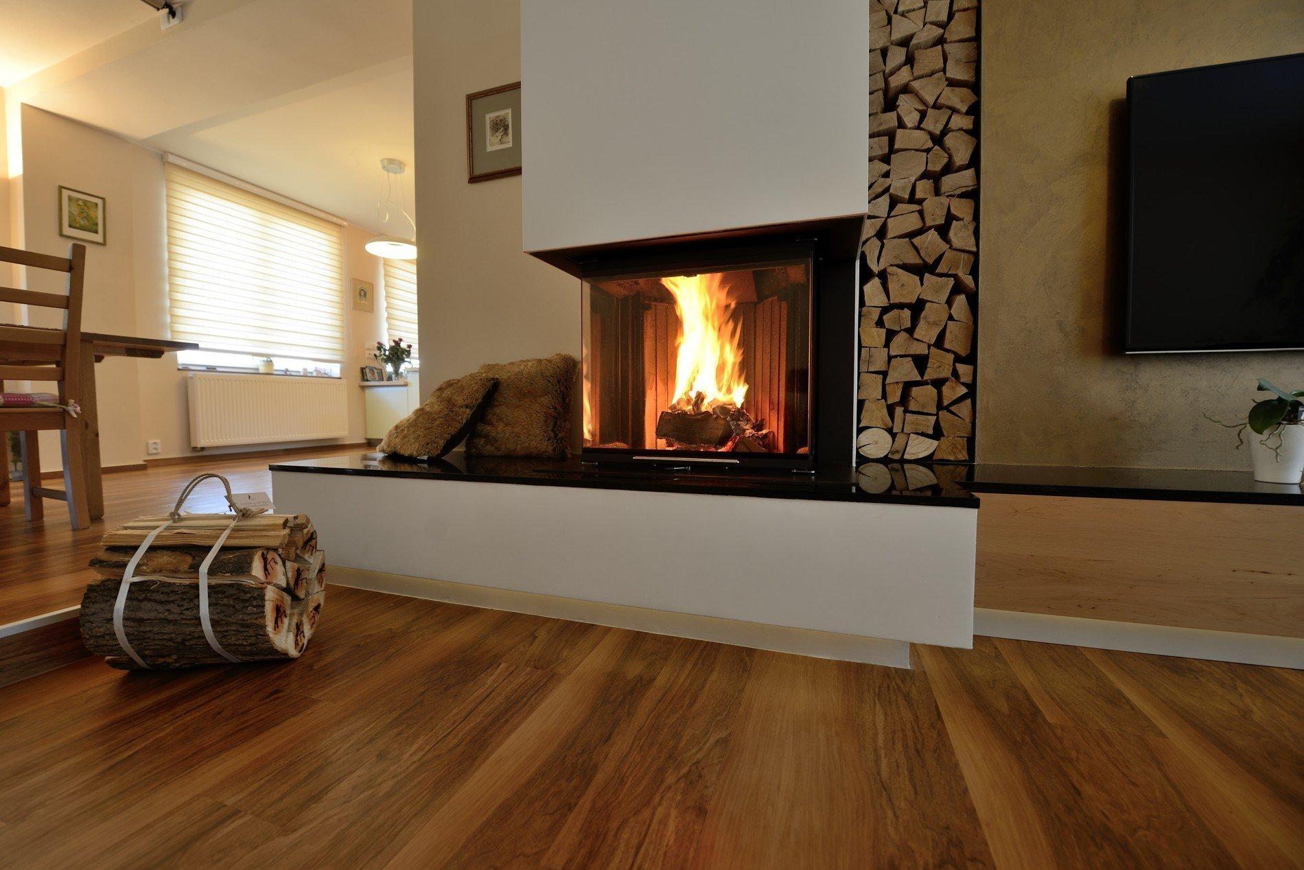 Výběr krbu pro nízkoenergetický dům se stává pastí pro mnoho nepoučených investorů - zájemců o krásný oheň v obývacím pokoji. Tápou v popisu výrobců, kteří se předhánějí v superlativech a fantaskních konstrukčních přístupech. Dočtou se, že existuje krbová vložka s výkonem 2 kW, což by ale znamenalo, že v ní právě hoří dvě třísky...  Jak na to? Jak vybrat a nebýt obětí moderního marketingu? Může si obyvatel NED vůbec dovolit opravdu pěkné velké sklo a užívat si tak ohně v celé jeho kráse, aniž by se cítil jako v sauně?  To víte, že ano...