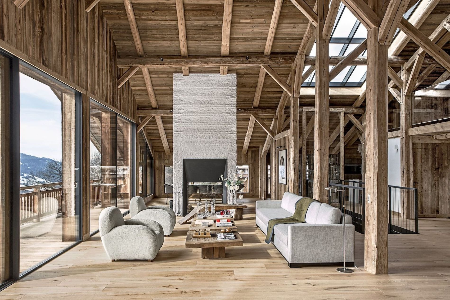 Obývací pokoj ve francouzské lyžařské chatě Rothschild navrhl architekt Alain Mazza